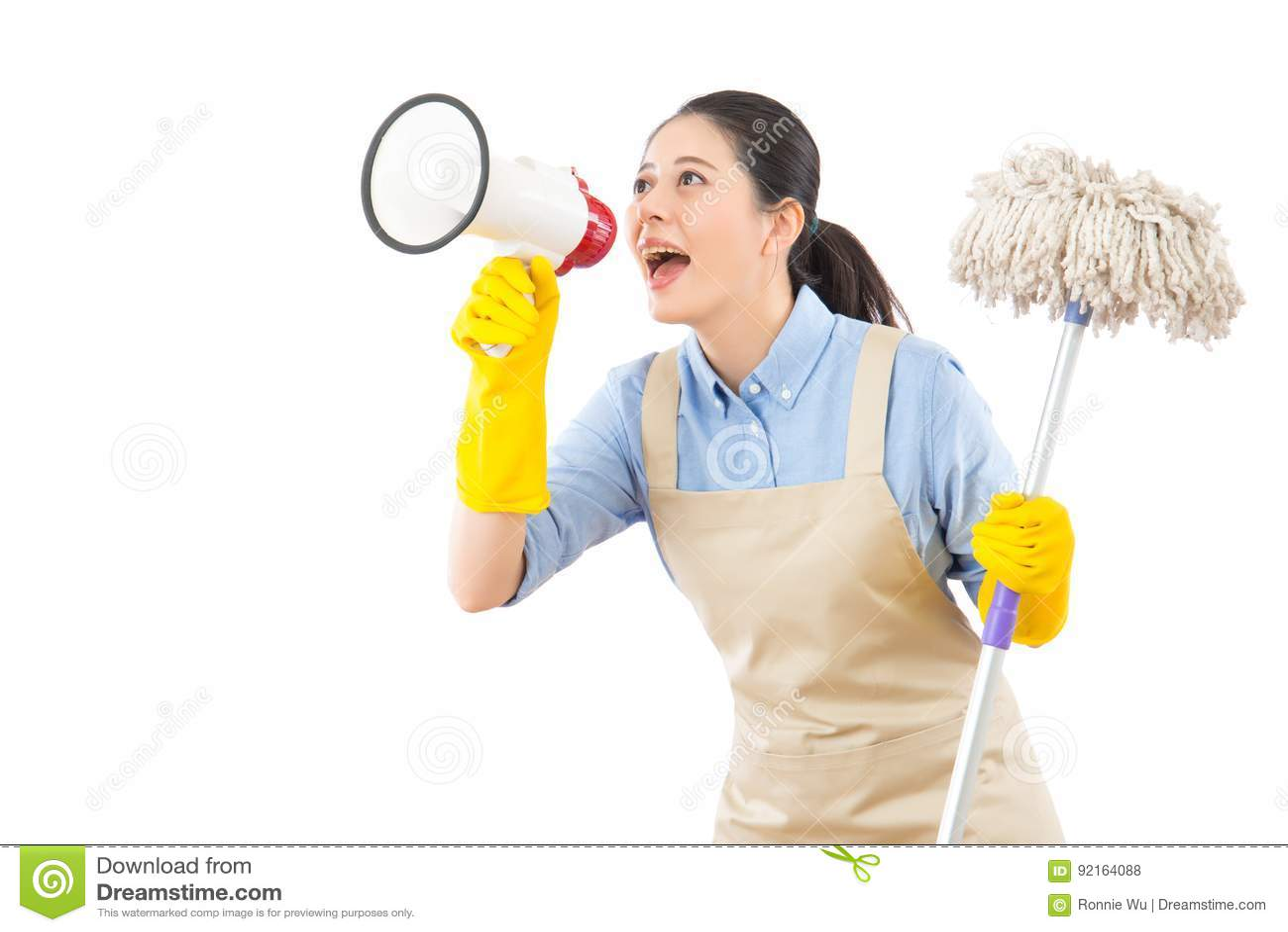 Pavimento di lavaggio della donna di pulizia con la zazzera