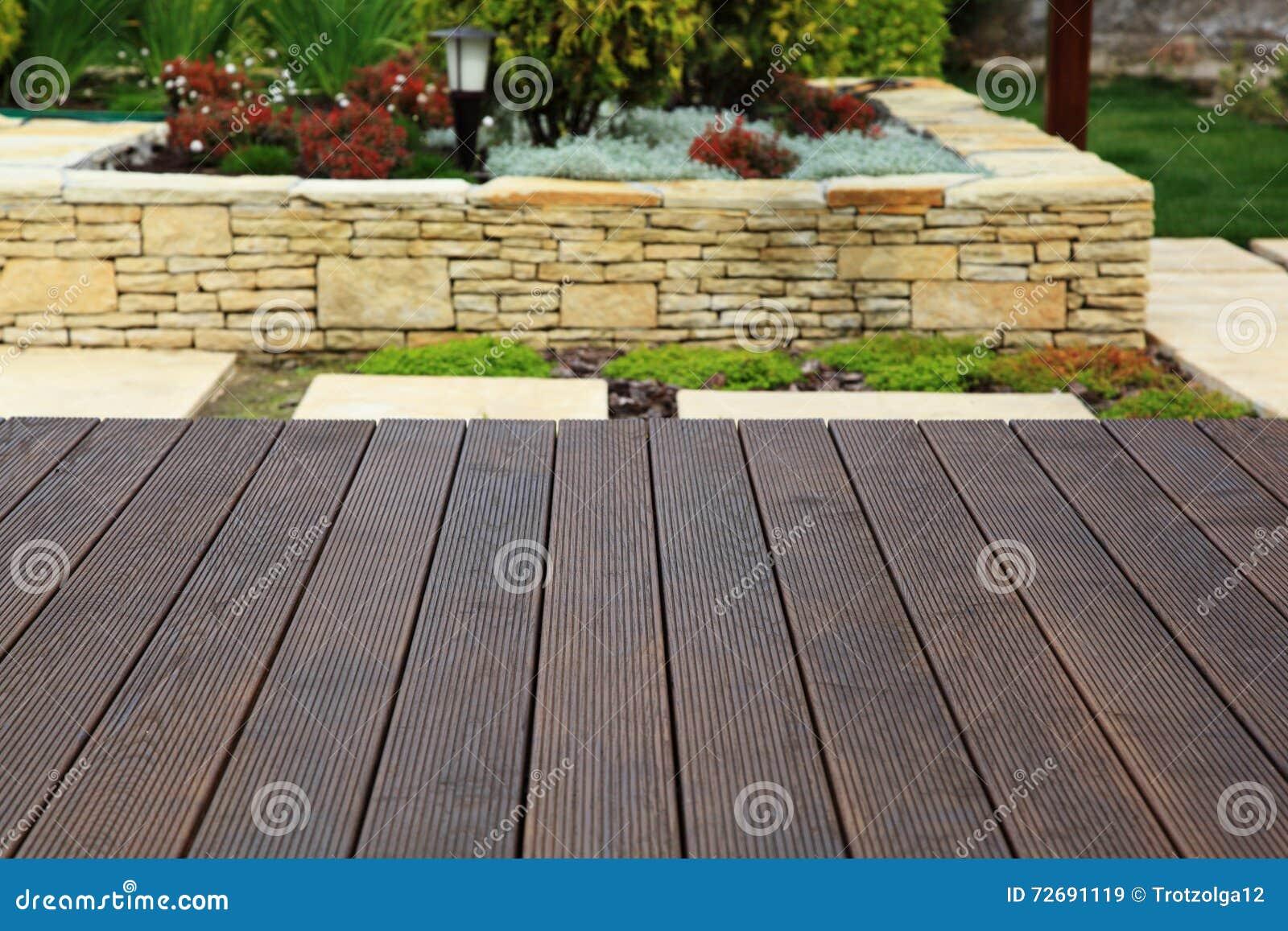 Pavimento di legno sopra il bello giardino decorativo - Il giardino di legno ...