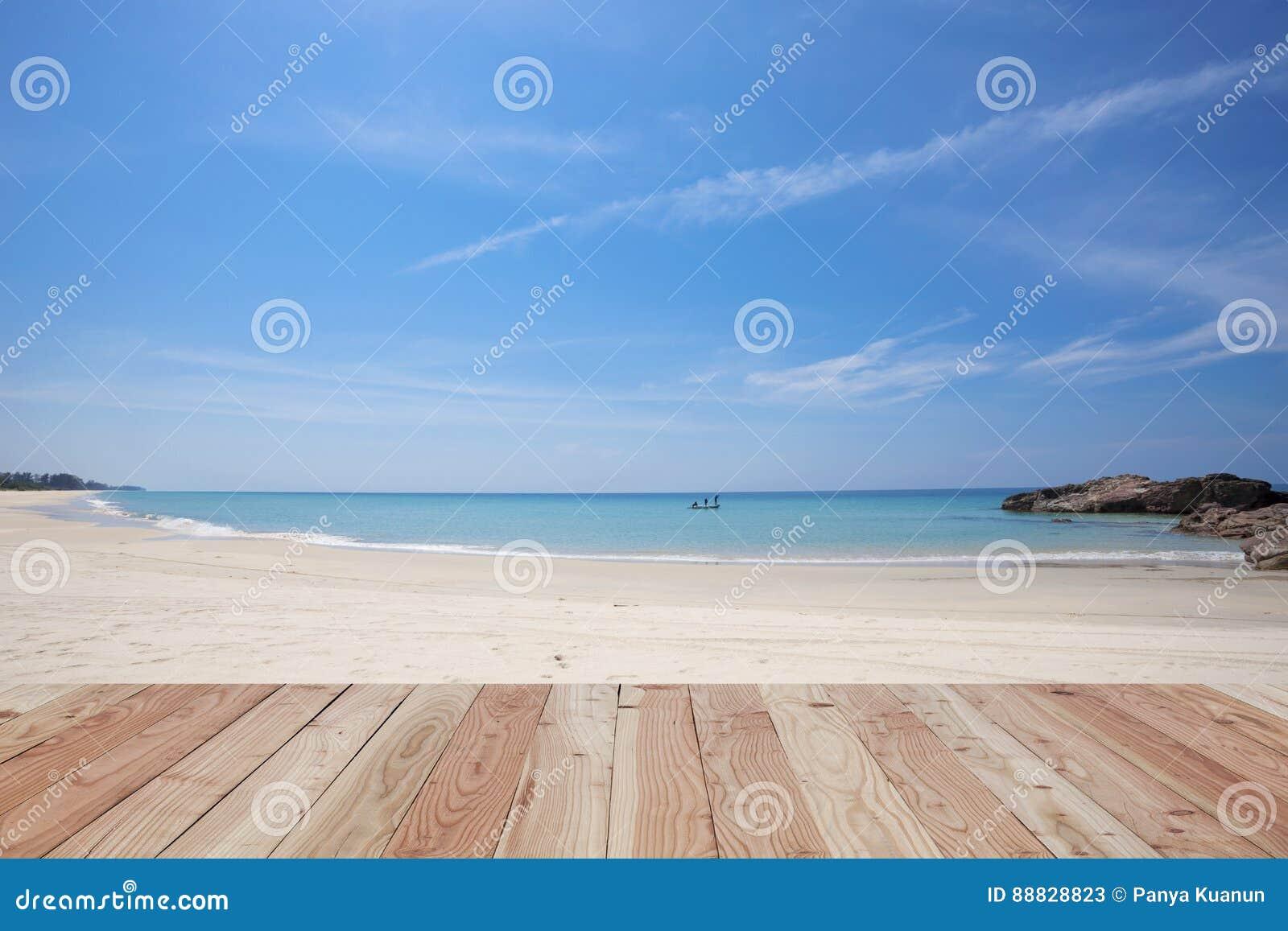 Pavimento di legno sulla bella sabbia e mare spiaggia tropicale in