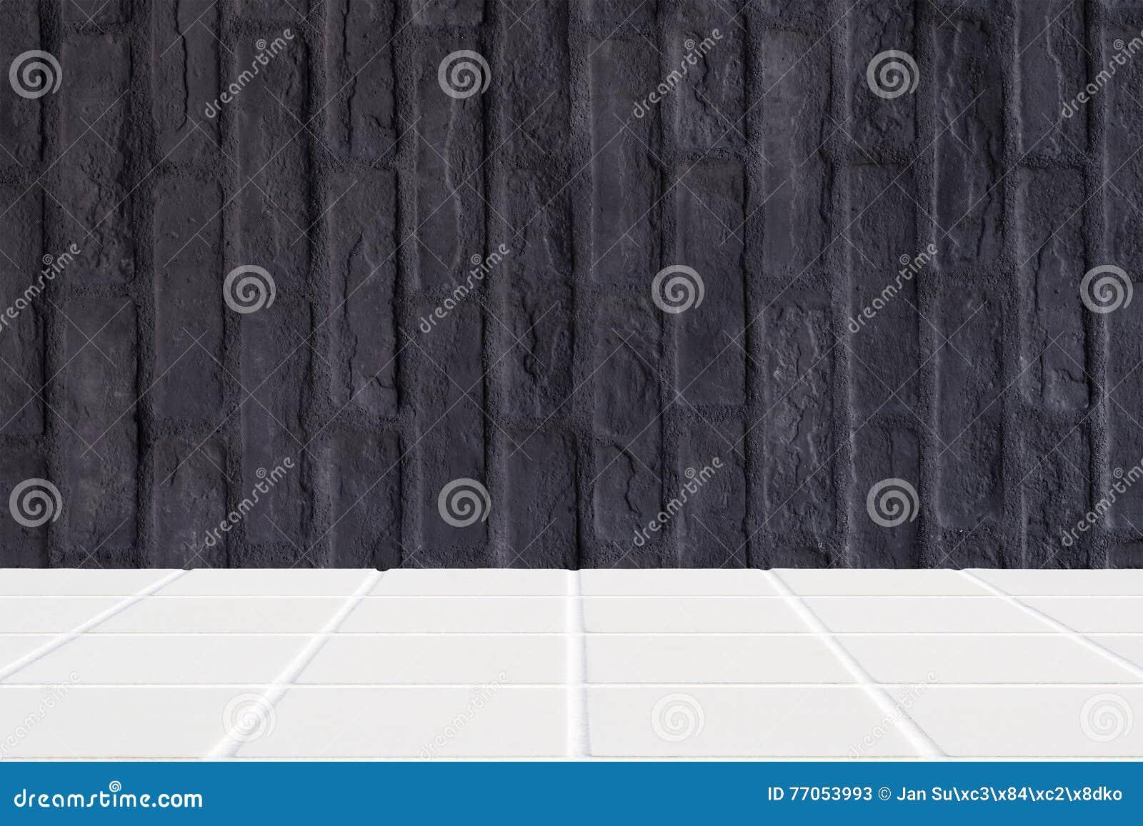 pavimento di mosaico ceramico bianco e muro di mattoni nero fotografia stock