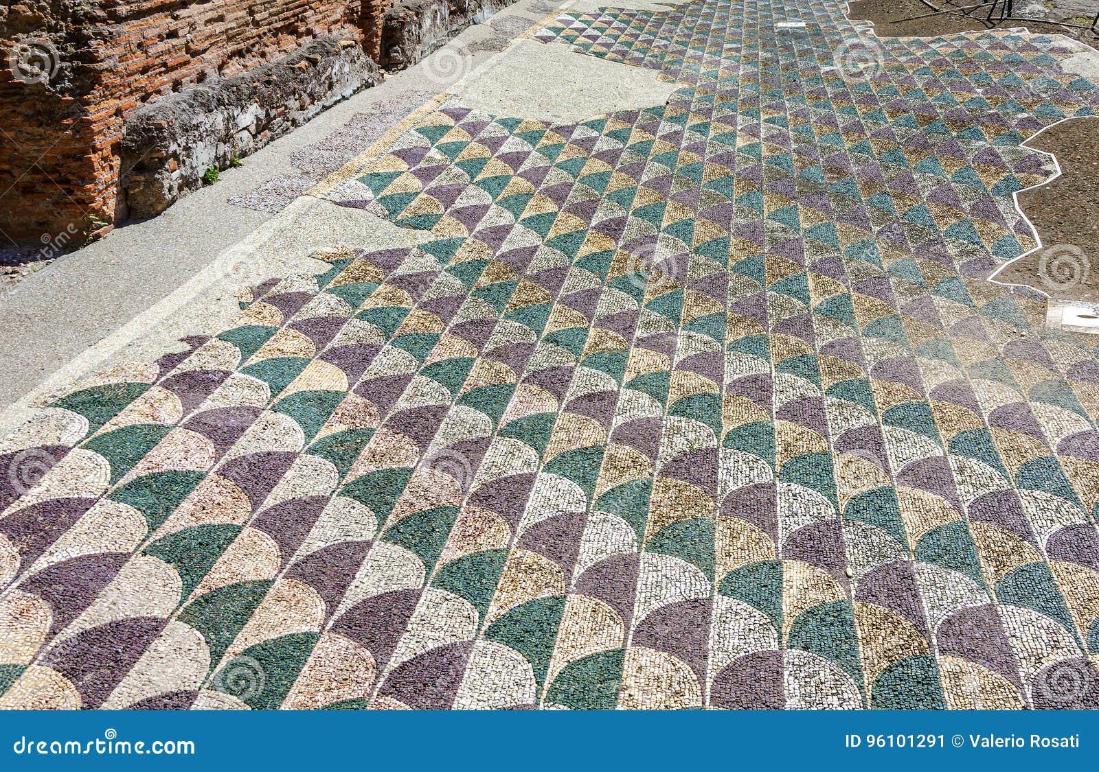 Pavimento di mosaico decorato nei bagni romani di caracalla