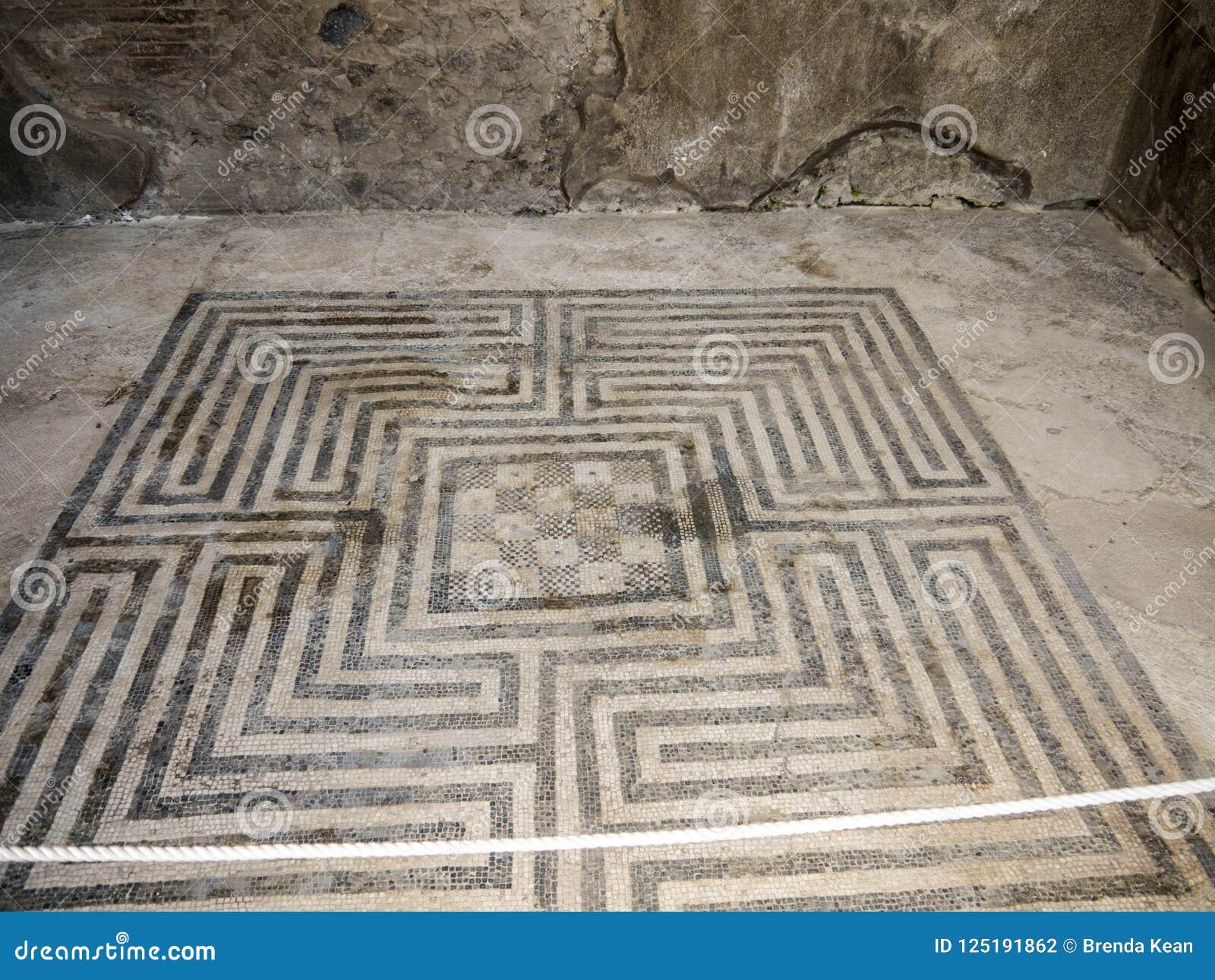 Pavimento di mosaico nei bagni pubblici nella città romana una