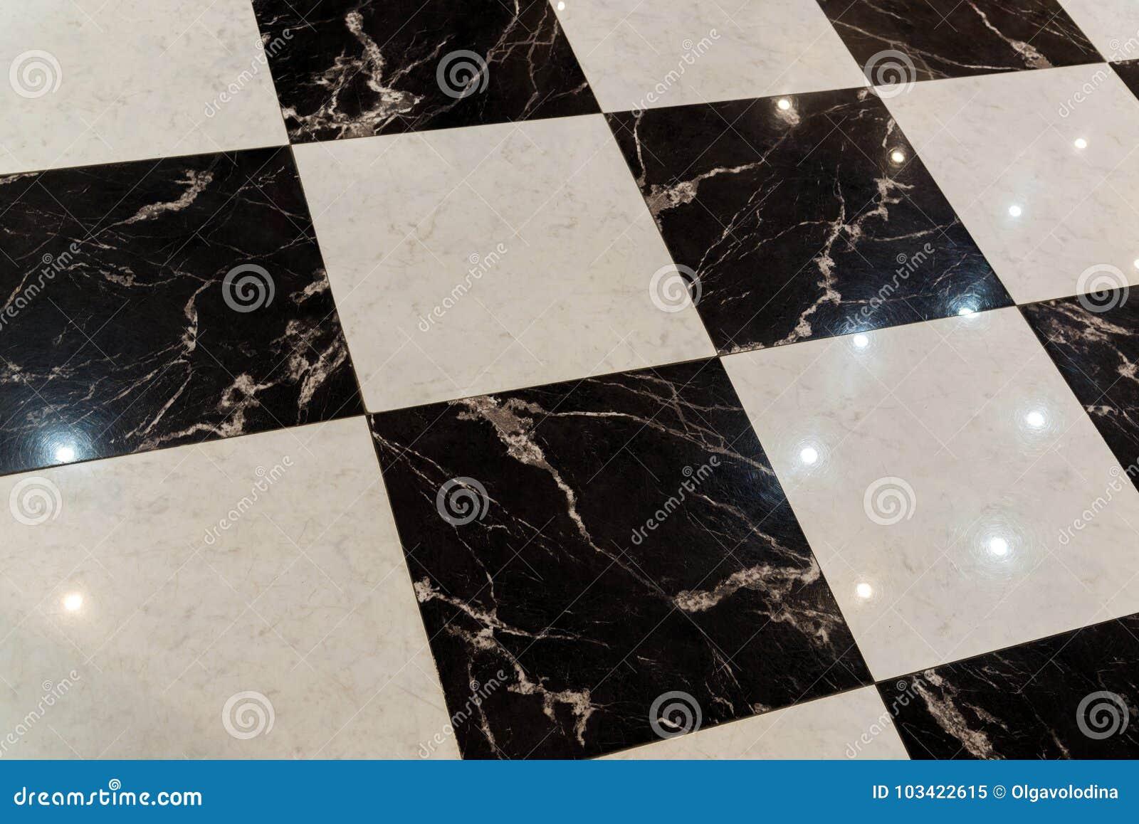 Pavimento fatto delle mattonelle di marmo in bianco e nero for Pavimento bianco e nero