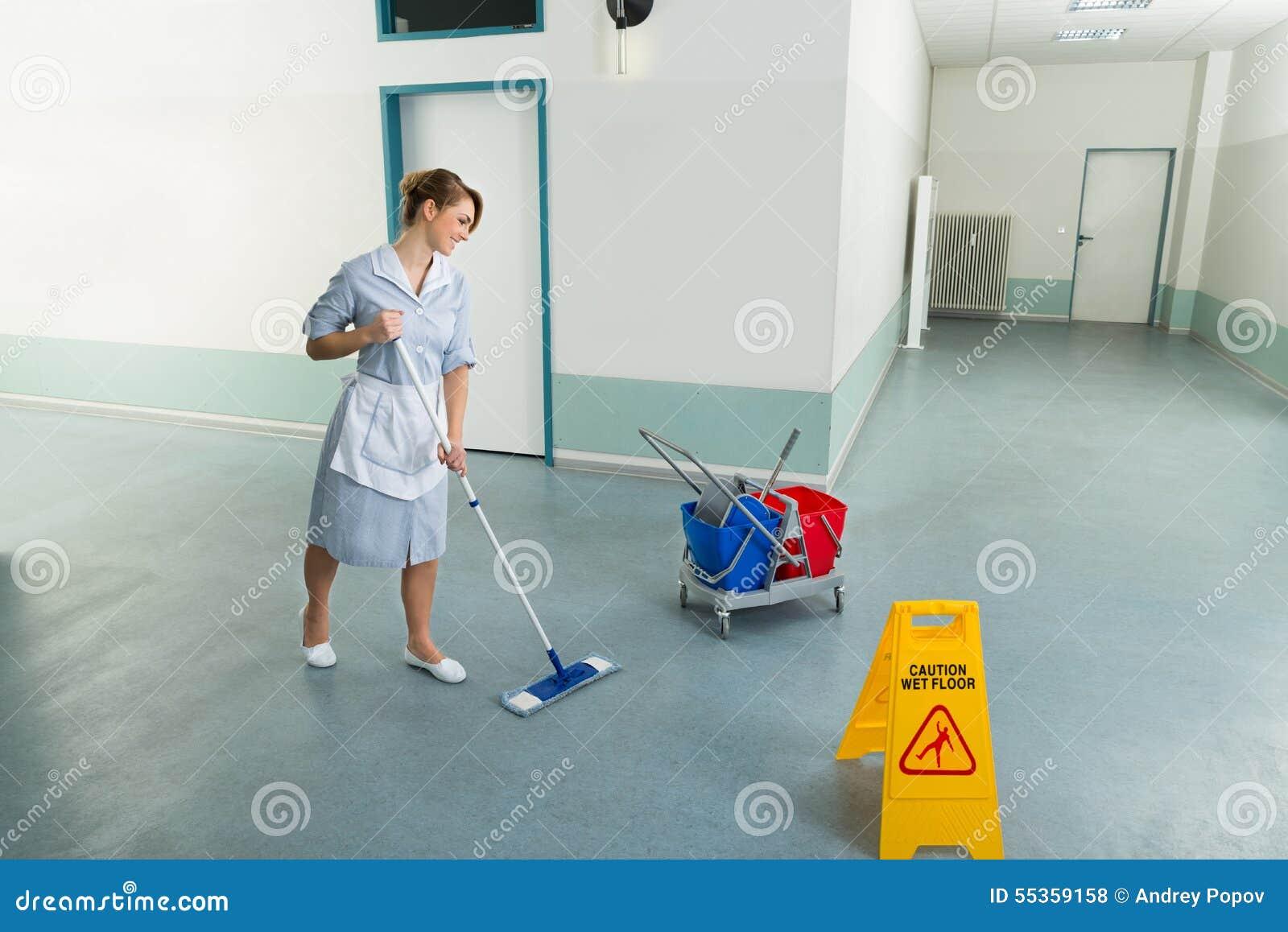 Pavimento femminile di pulizia del portiere