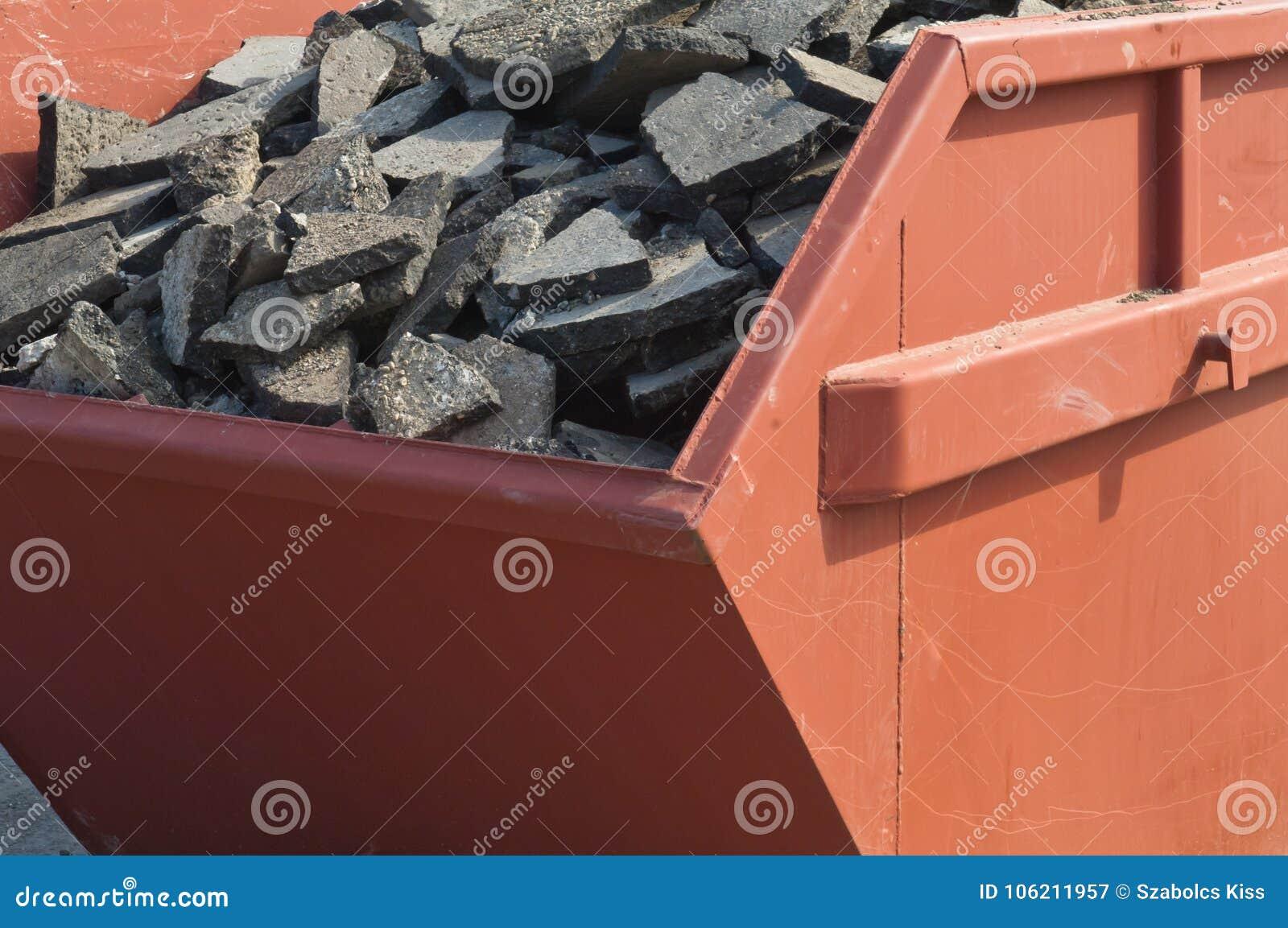 Pavimento inútil del asfalto y materiales concretos en envase