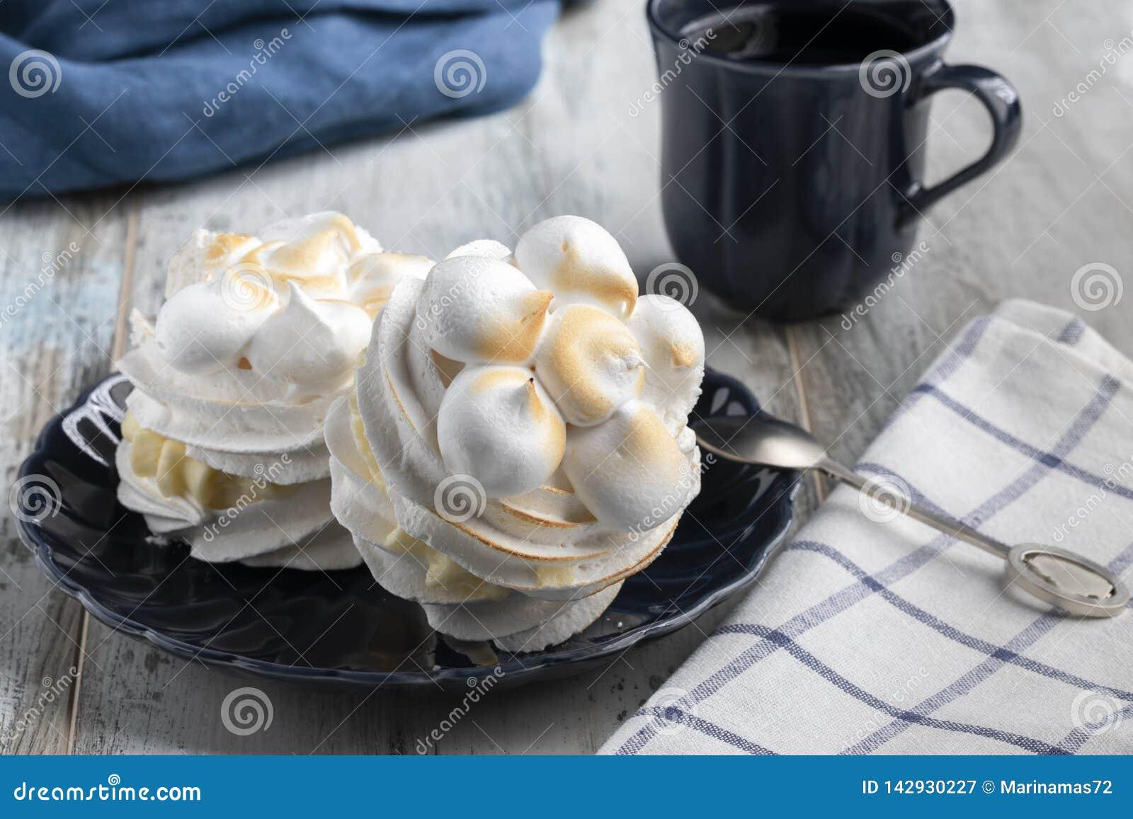 Pavlova meringue desert