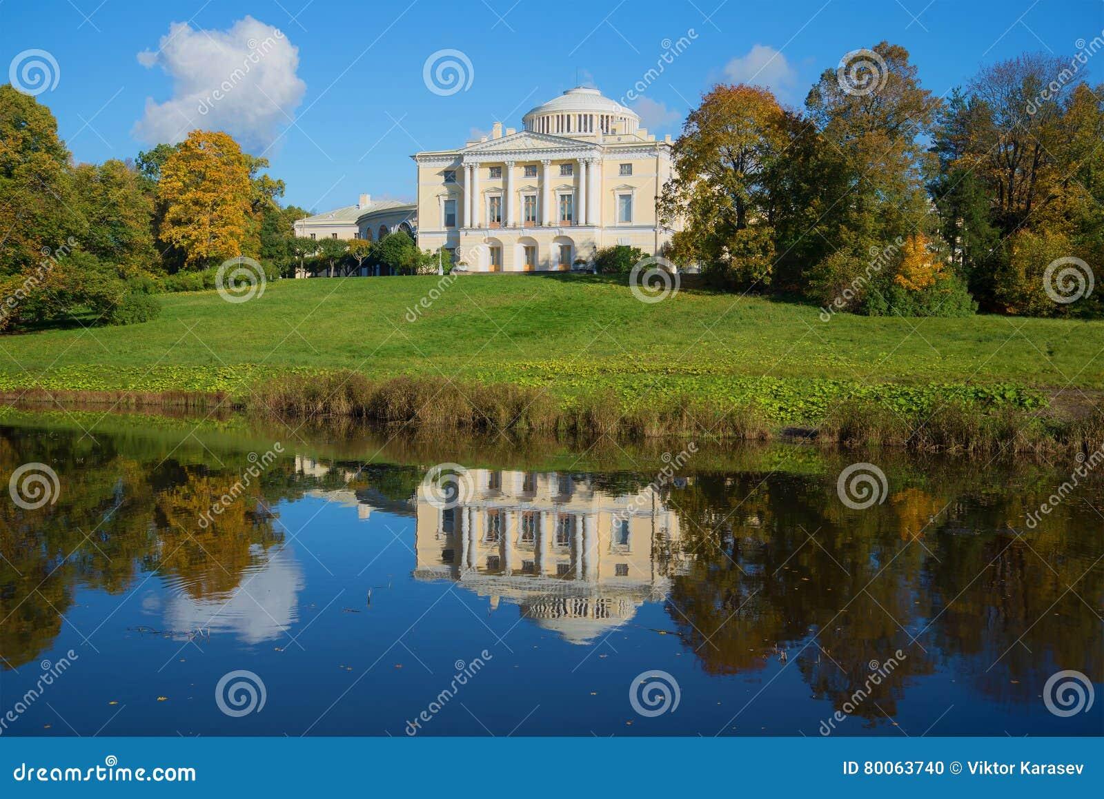 Pavlovsk παλάτι και το ηλιόλουστο απόγευμα αντανάκλασής του Pavlovsk, Άγιος-Πετρούπολη Ρωσία