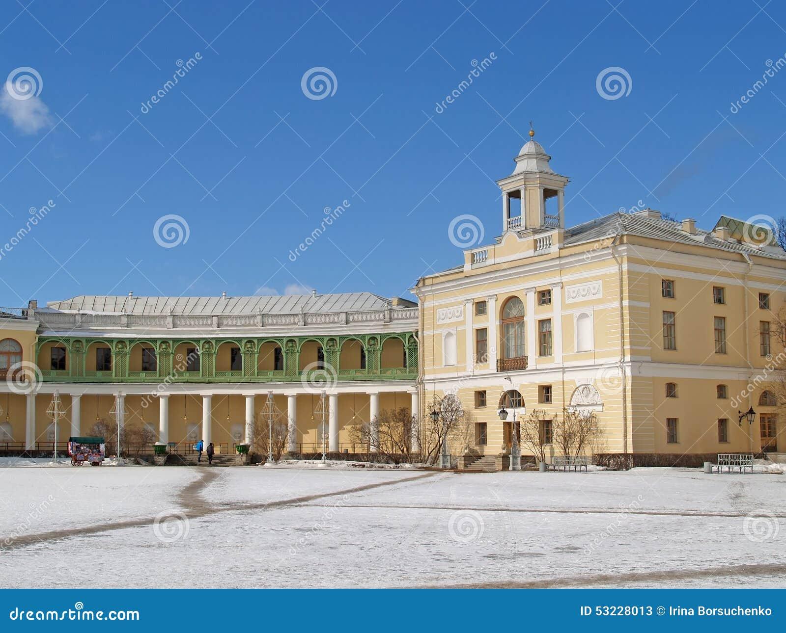 Pavlovsk Columnata de la galería y ala del palacio grande