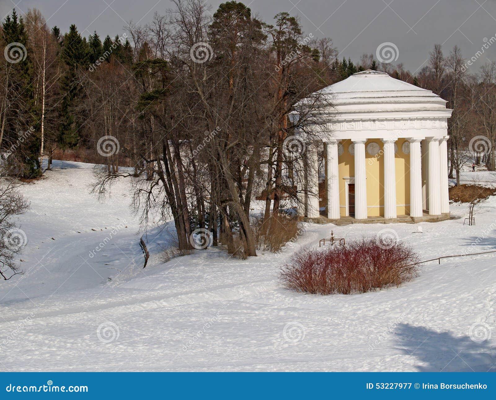 Pavlovsk El templo de la amistad en parque del invierno