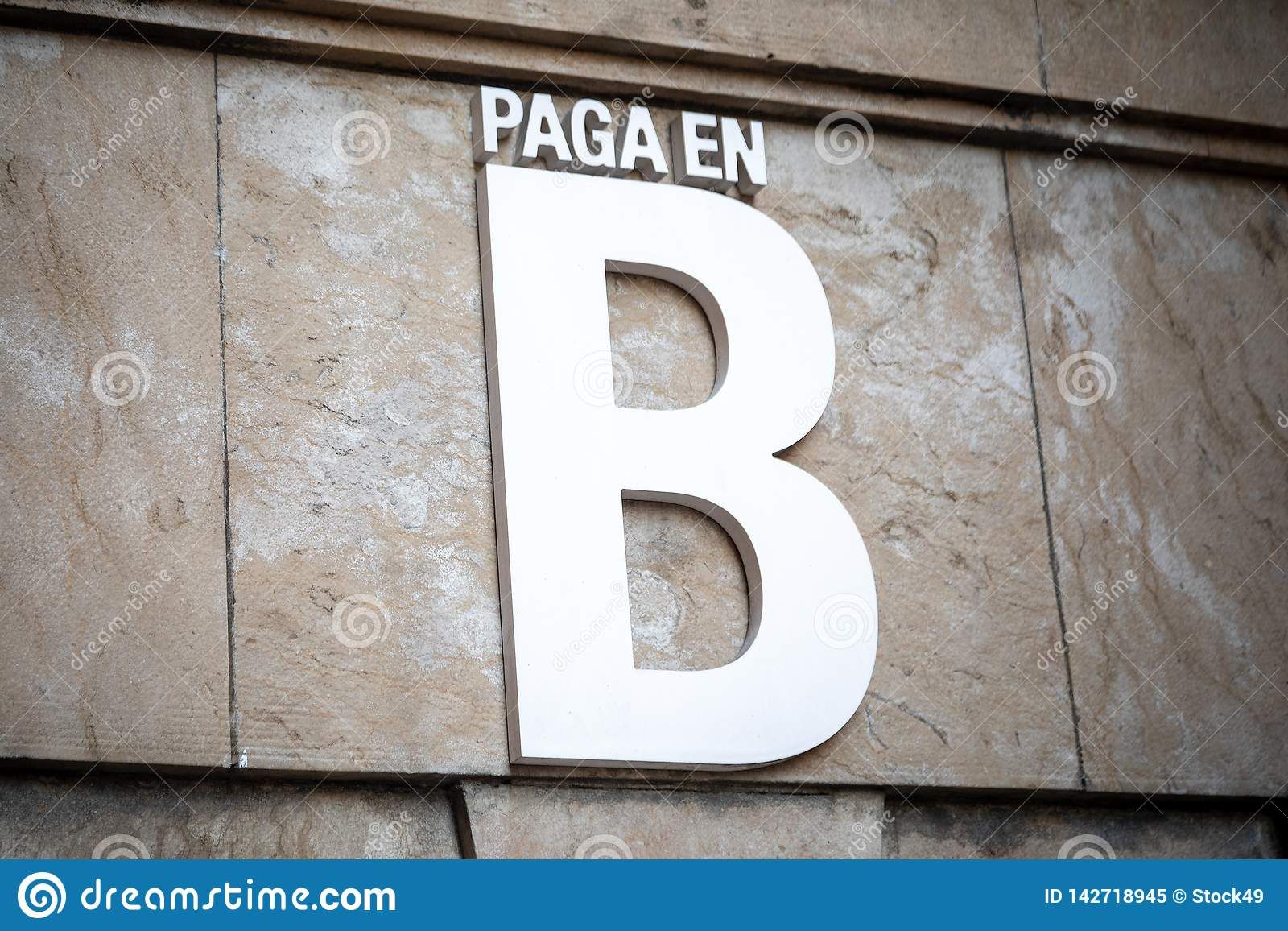 Payment in B black money in Spanish.