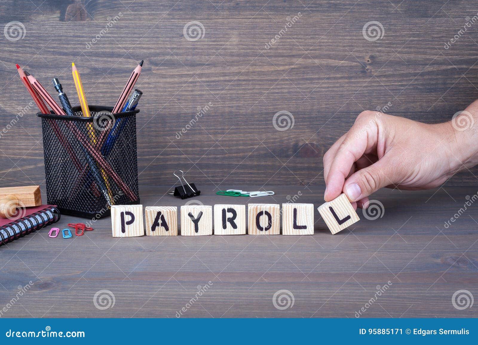 Payroll Letras de madeira no fundo escuro