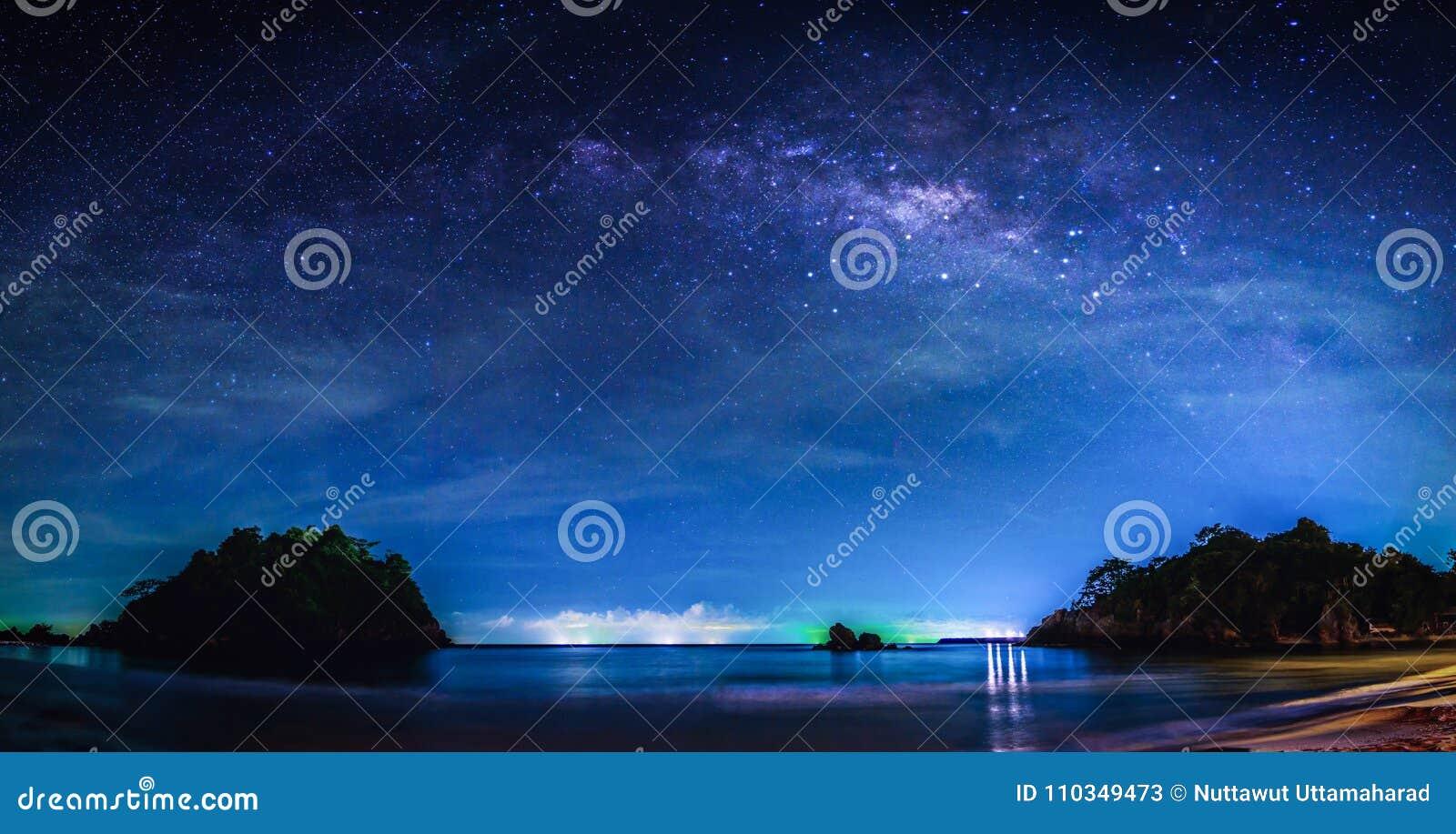 Paysage avec la galaxie de manière laiteuse Ciel nocturne avec des étoiles et laiteux
