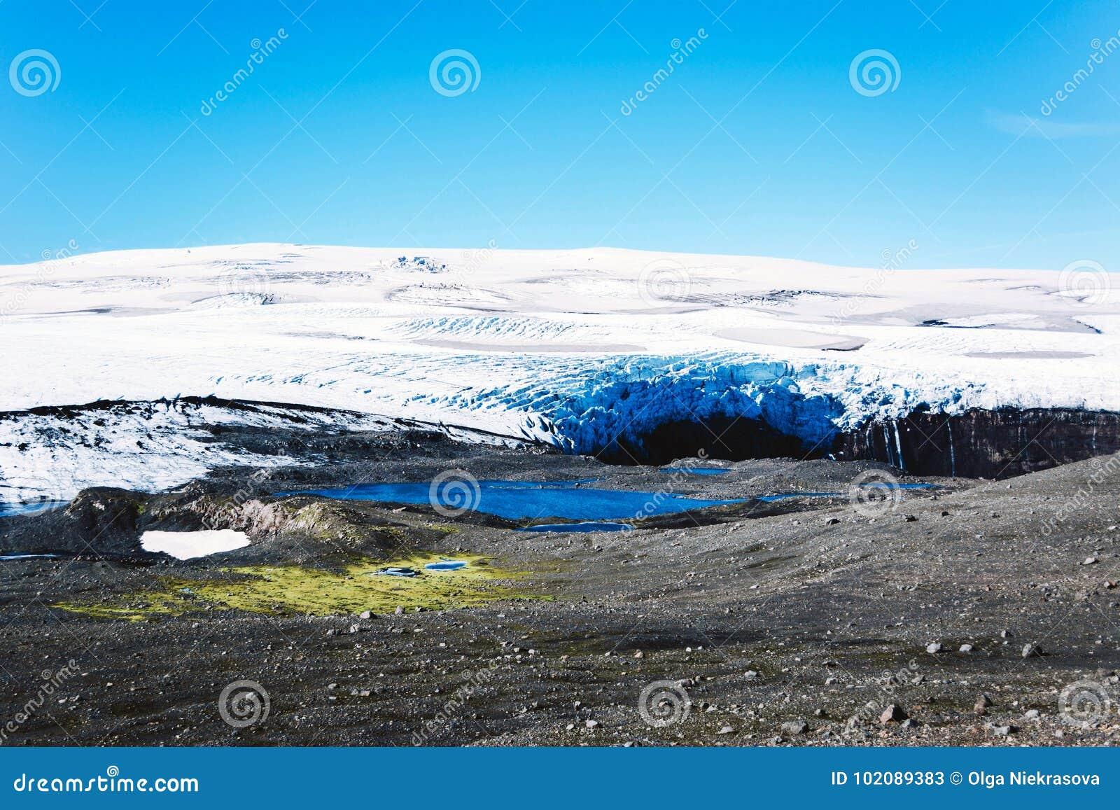 Paysage avec le glacier et le lac en Islande