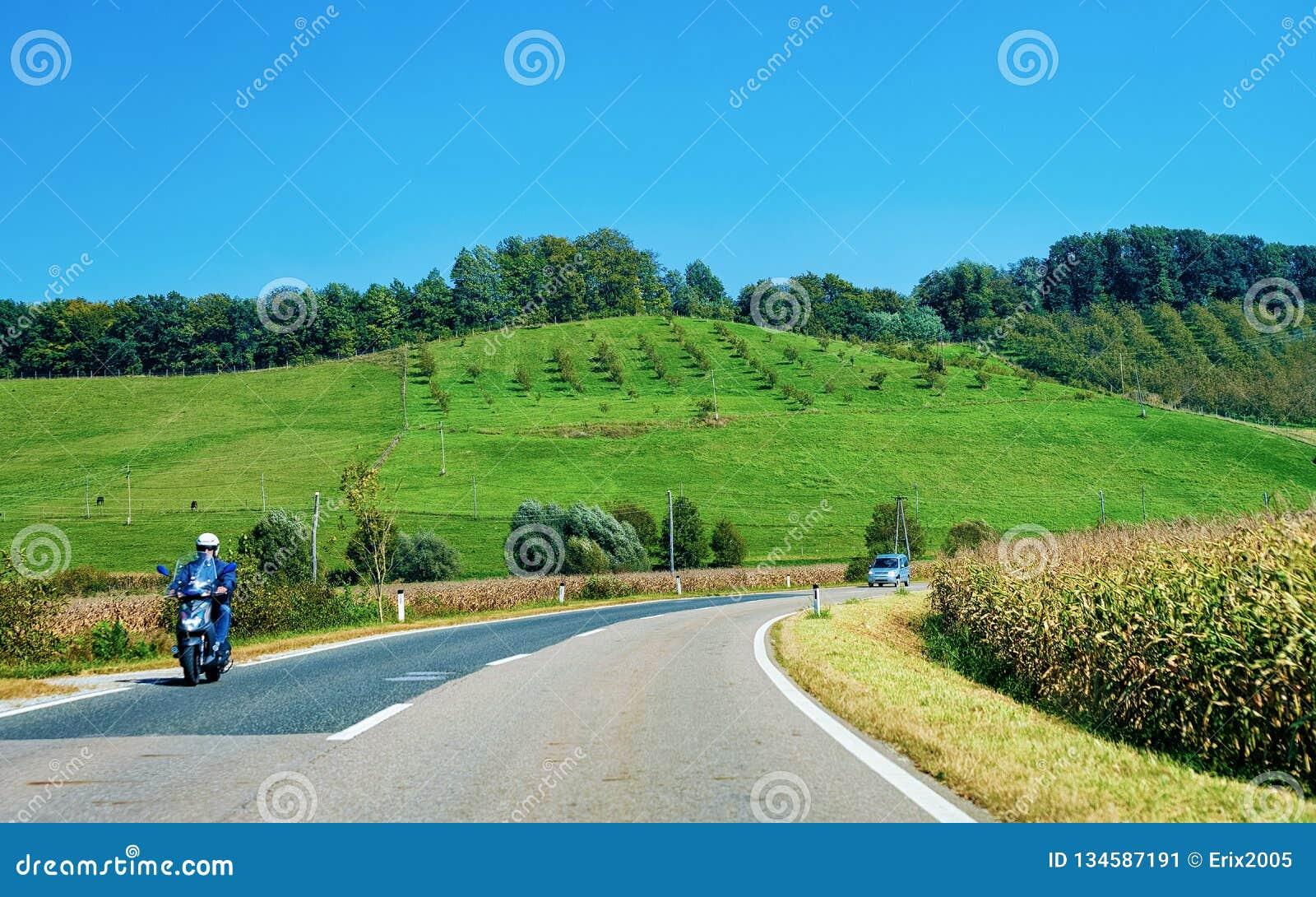 Paysage avec les collines et la moto sur la route Maribor Slovénie