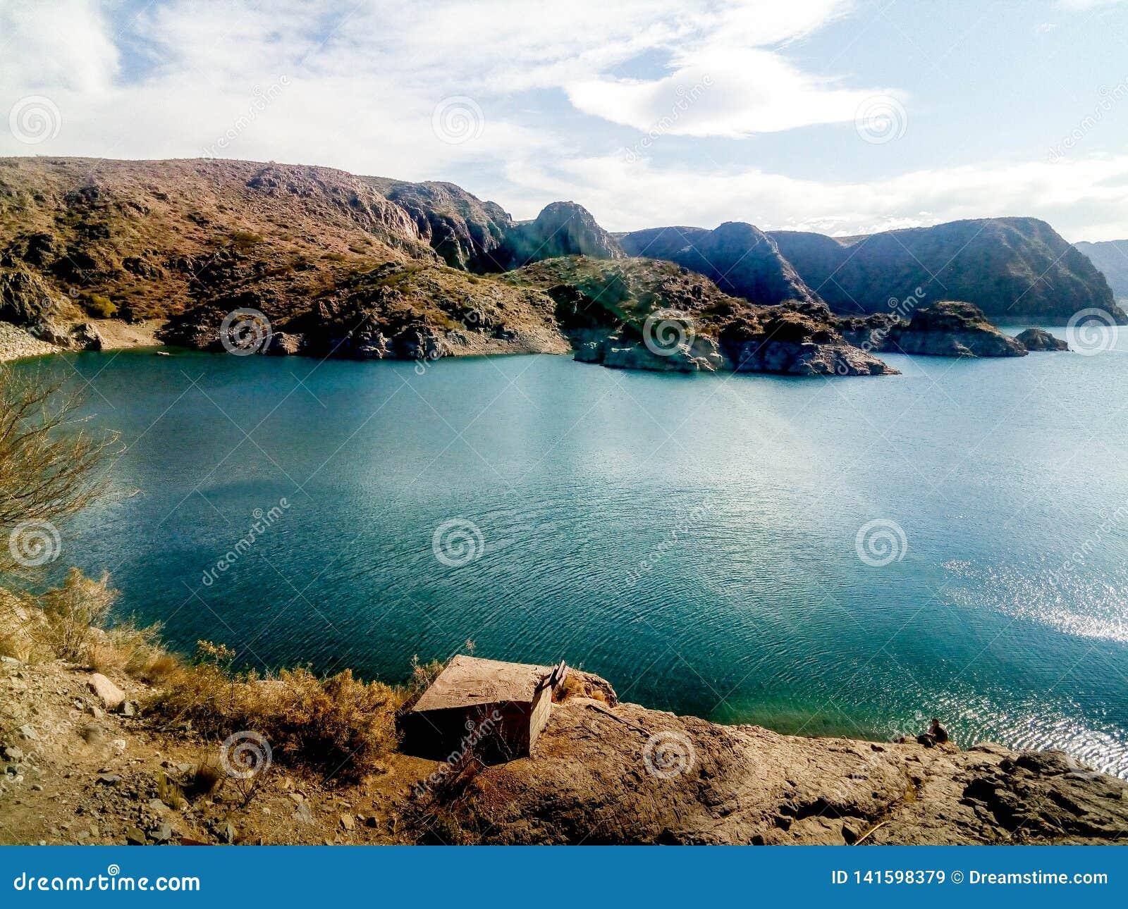 Paysage avec un lac, des montagnes et un ciel clair en Mendoza, Argentine