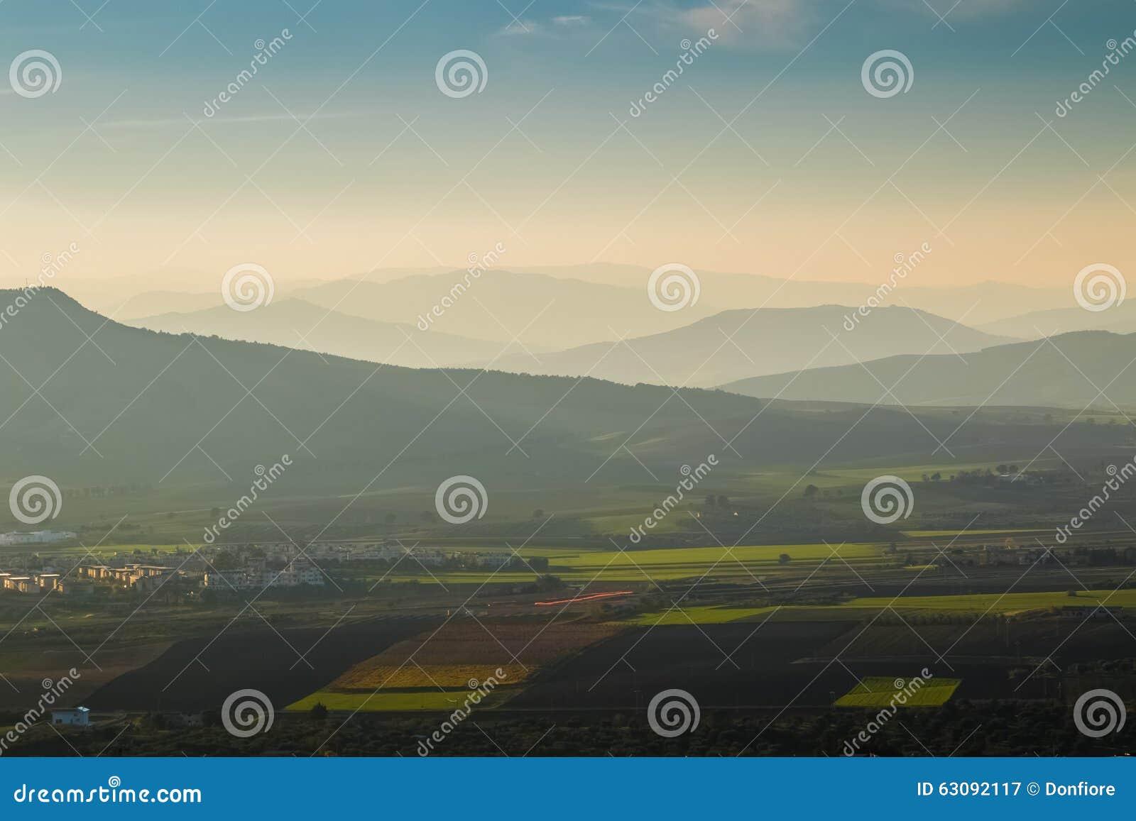 Download Paysage Brumeux Avec Des Montagnes Image stock - Image du spectaculaire, alpe: 63092117