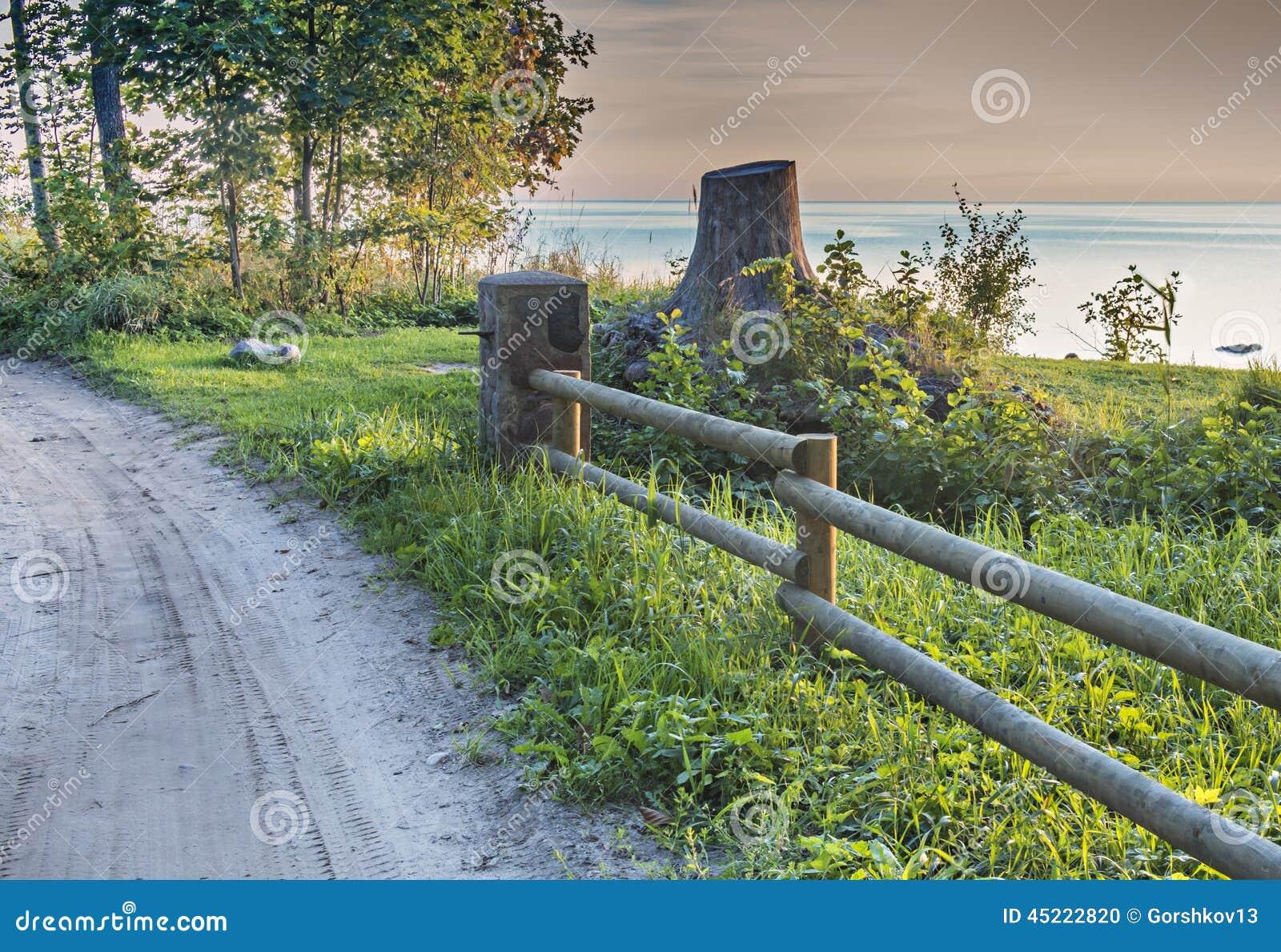 paysage c tier avec une barri re en bois rustique photo stock image 45222820. Black Bedroom Furniture Sets. Home Design Ideas