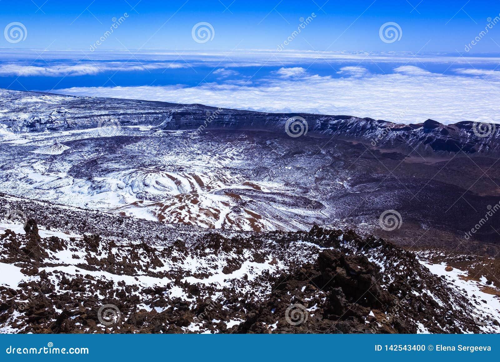 Paysage couvert de neige de montagne, vue du paysage rocheux du haut de la montagne, volcan, nuages