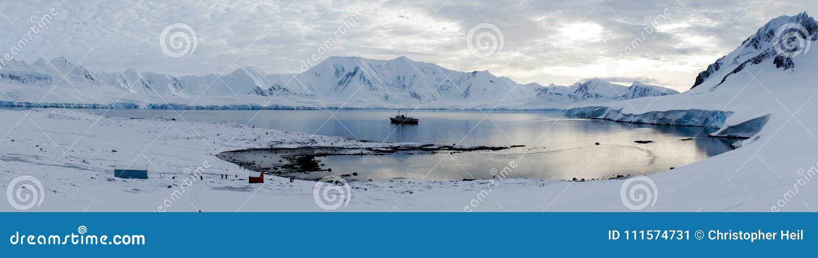 Paysage d île/Dorian Bay de Wiencke avec les montagnes neigeuses en Antarctique