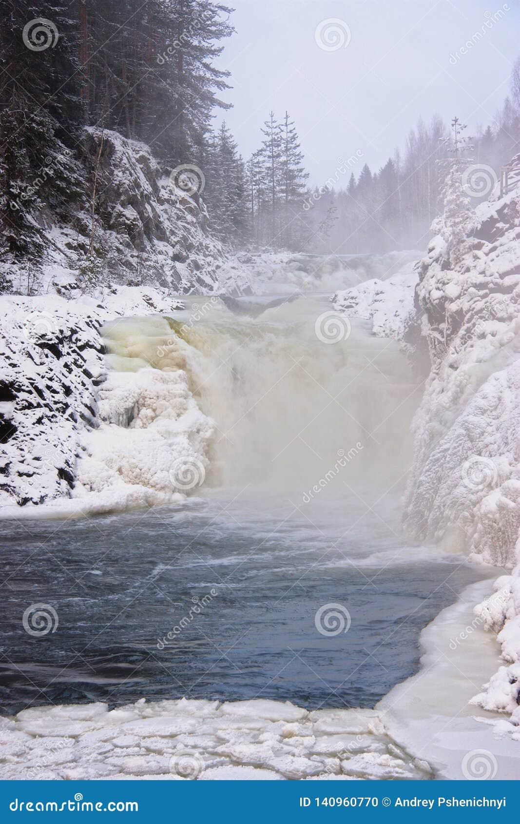 Paysage d hiver avec la cascade