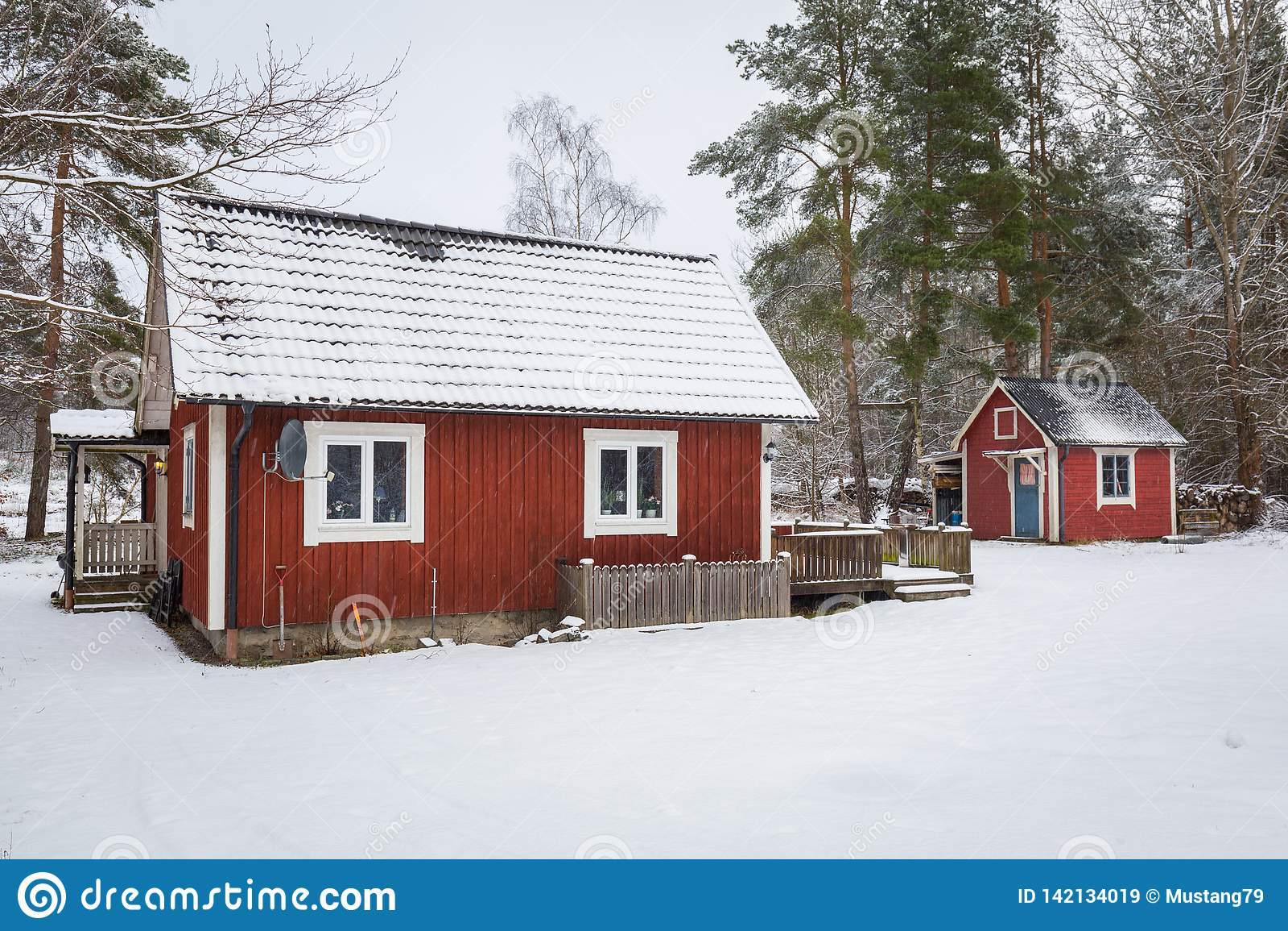 La Maison De La Suede paysage d'hiver avec la maison en bois rouge en suède image