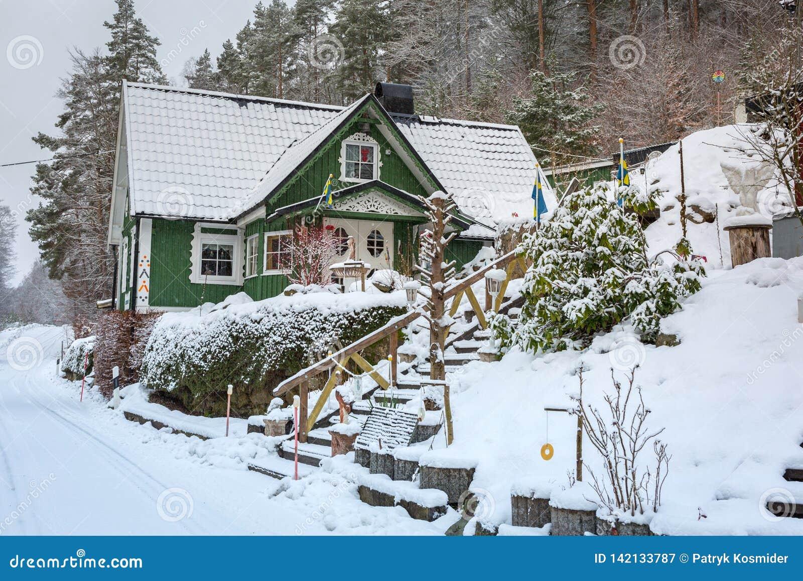 La Maison De La Suede paysage d'hiver avec la maison en bois verte en suède image