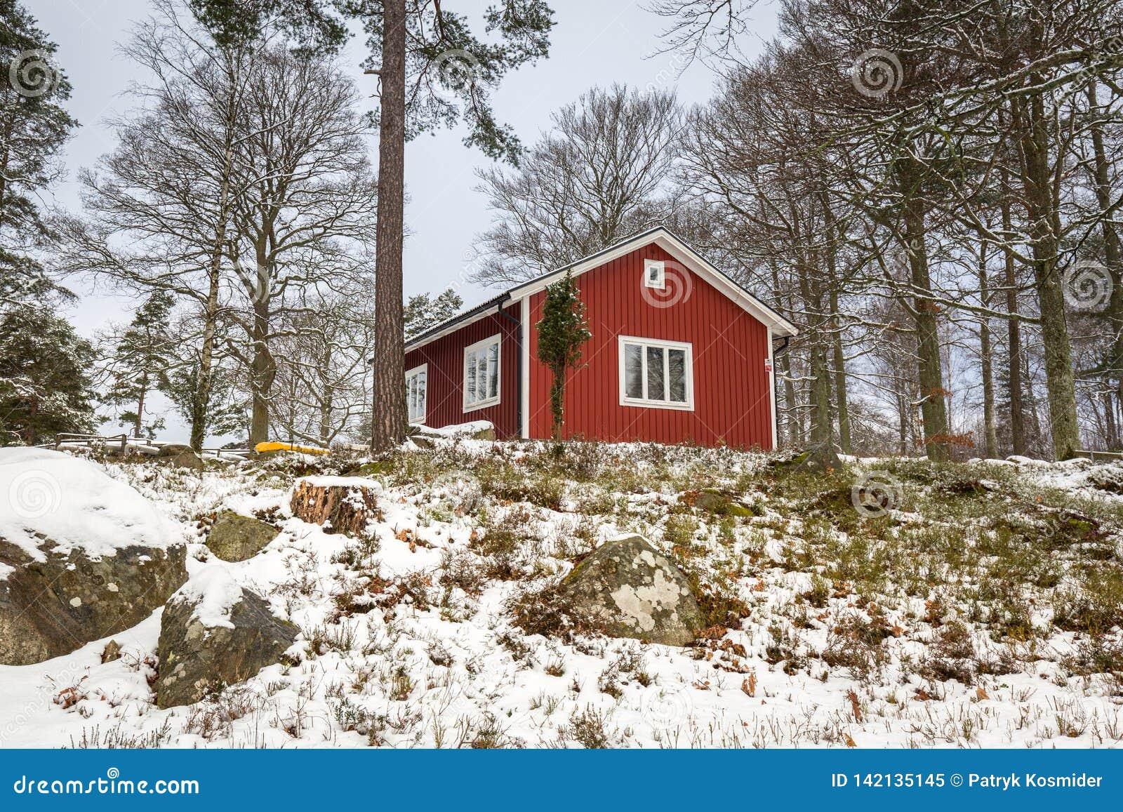 La Maison De La Suede paysage d'hiver de milou avec la maison en bois rouge dans