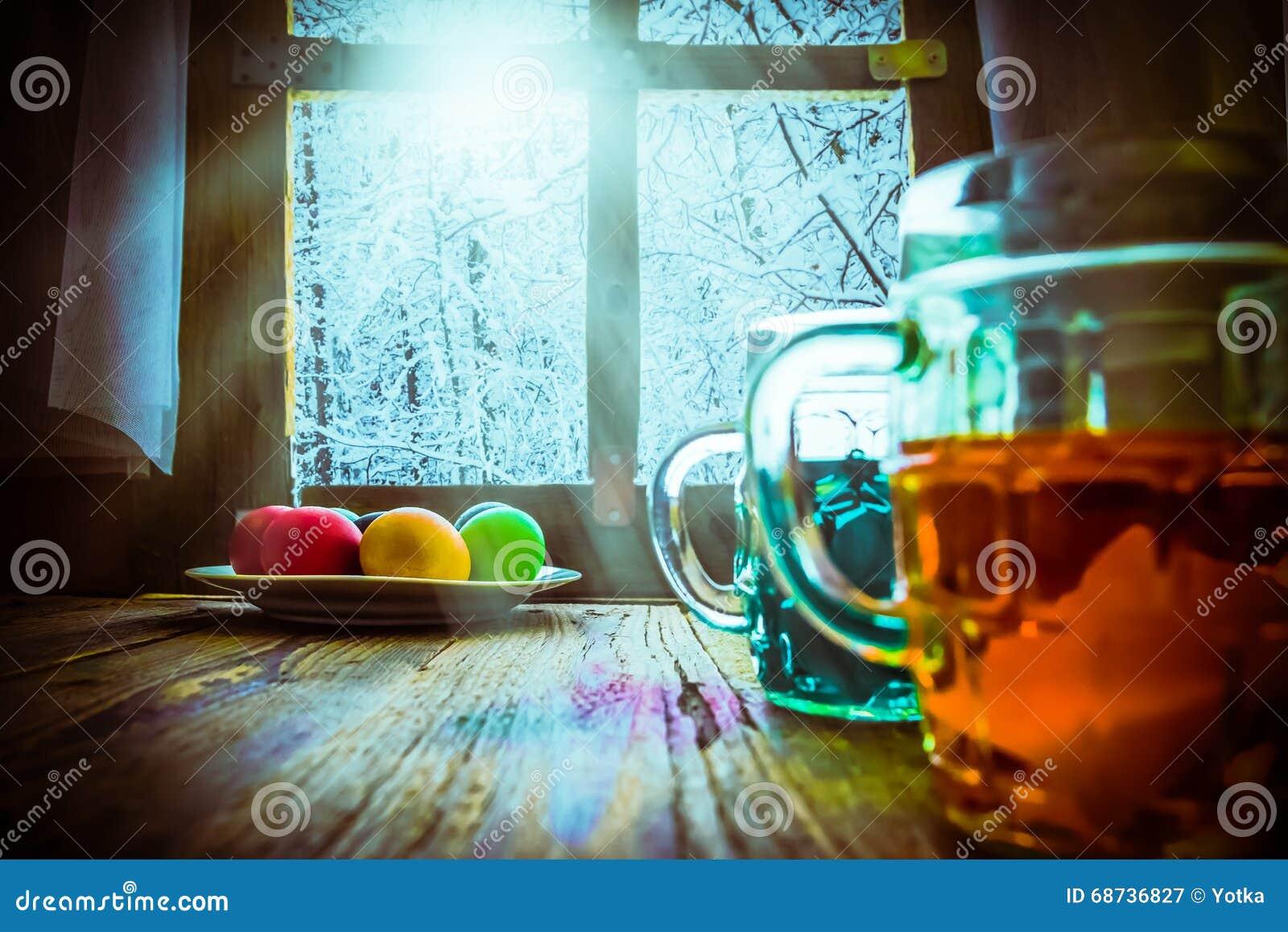 Paysage d 39 hiver de peinture d 39 oeuf de p ques en dehors de fen tre photo stock image 68736827 - Peinture oeufs de paques ...