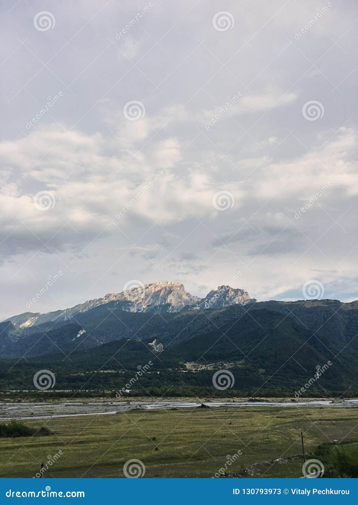 Paysage d une vallée d une vallée de montagne, montagnes avec les crêtes couronnées de neige en Géorgie