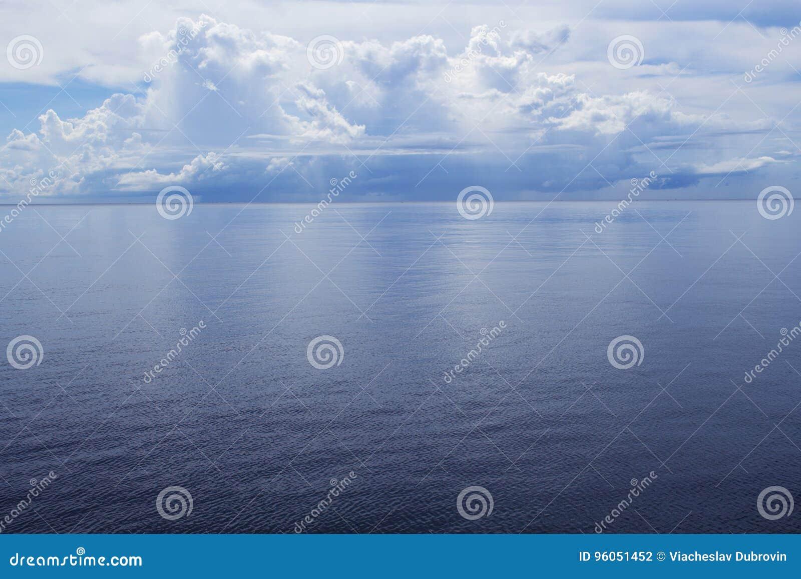 Paysage de bord de la mer avec l eau bleue encore et l île tropicale Vue de mer avec l île éloignée