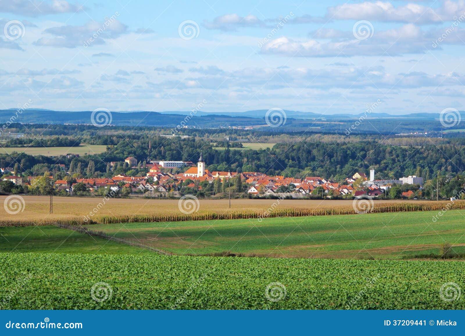 Paysage de campagne avec la petite ville image stock for Paysage de ville