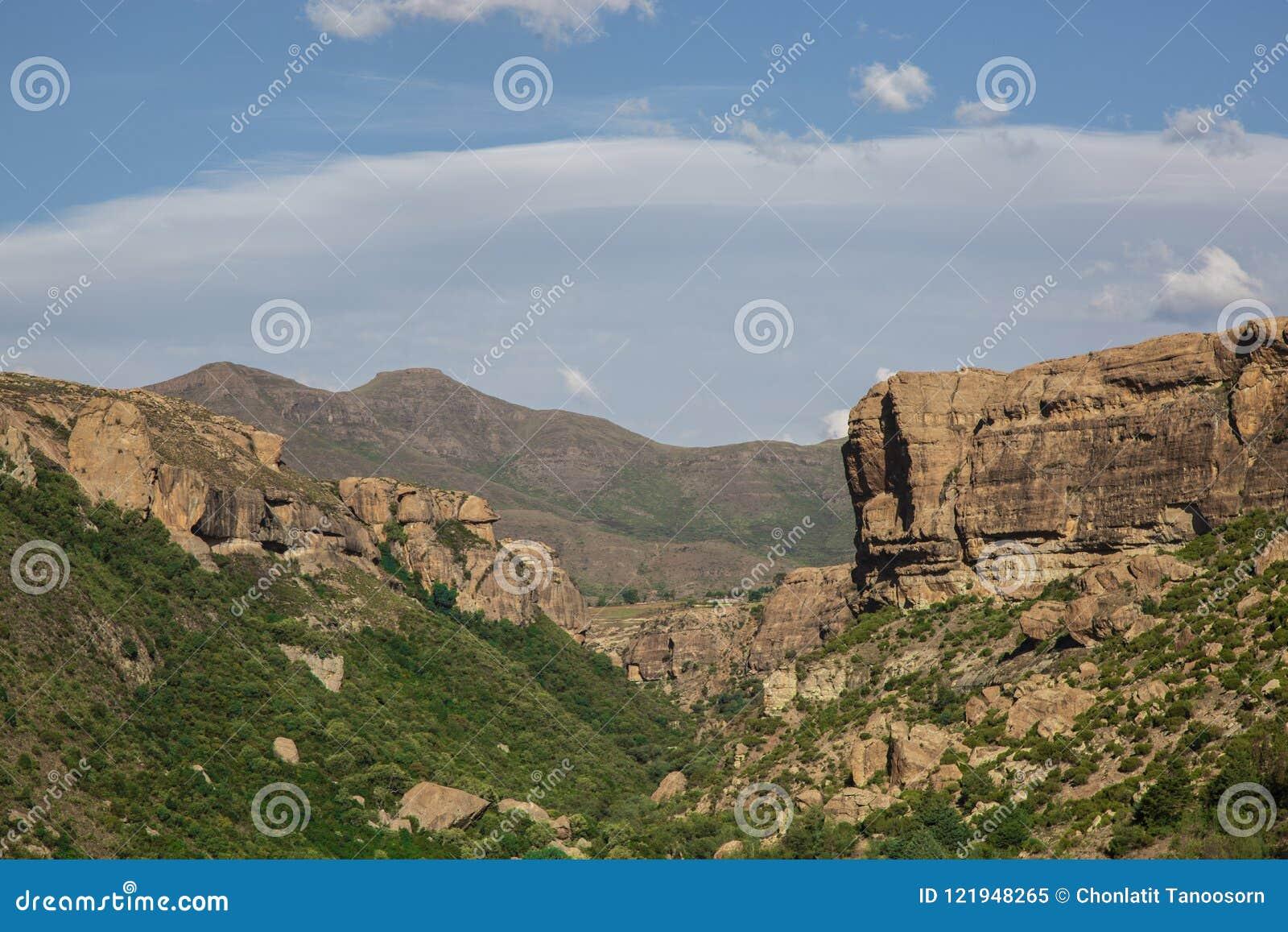 Paysage de canyon et de montagnes au pays du Lesotho en Afrique