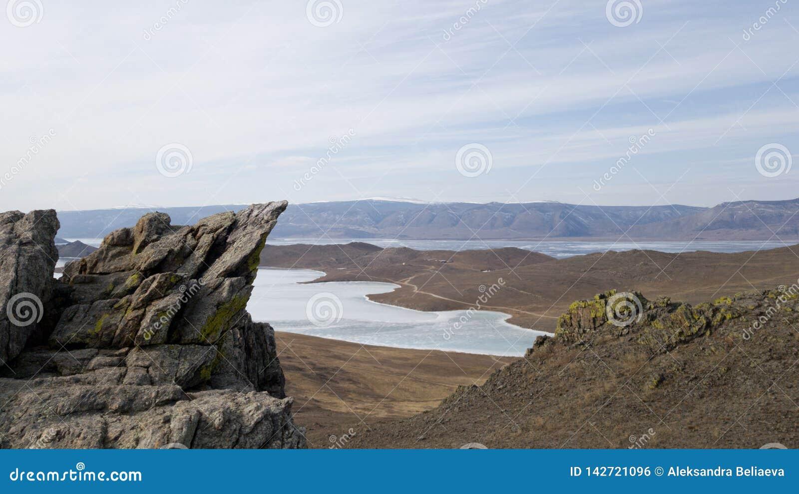 Paysage de la partie du sud de l île d Olkhon en Sibérie Terrain montagneux, steppes et lac Baïkal congelé