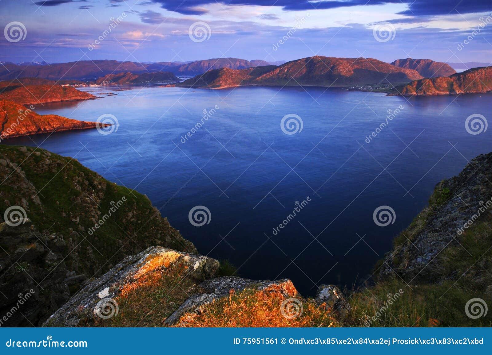 Paysage de mer en Norvège Evenig dentellent la lumière sur le coût rocheux de côte d océan pendant la nuit d été Surface de l eau