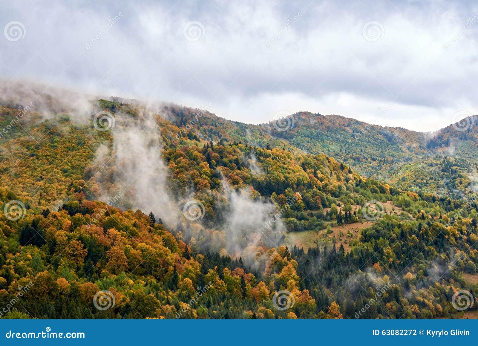 Download Paysage De Montagne Avec Des Nuages Et Des Arbres Colorés Photo stock - Image du côte, coloré: 63082272