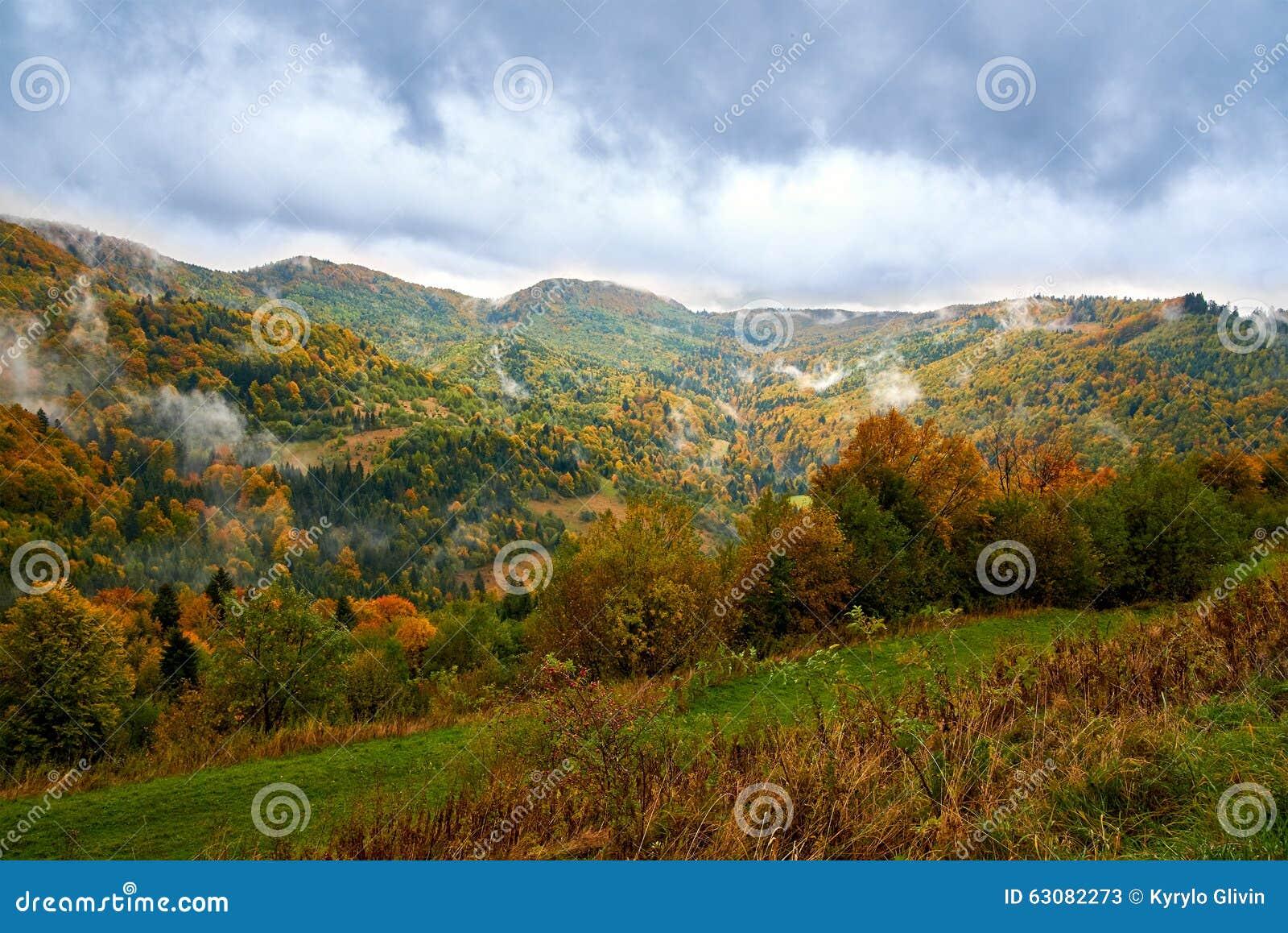 Download Paysage De Montagne Avec Des Nuages Et Des Arbres Colorés Image stock - Image du alpes, montagne: 63082273