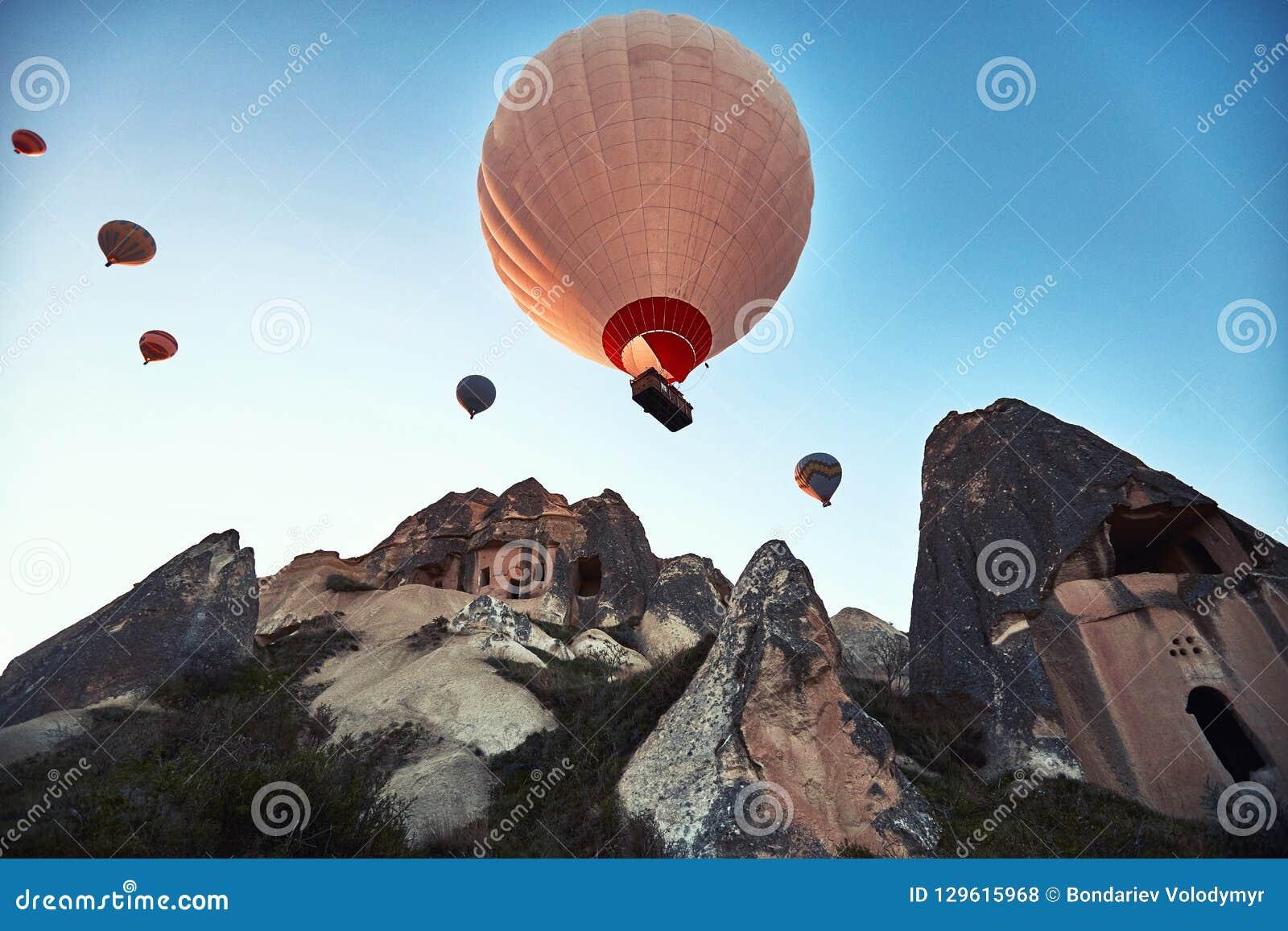 Paysage de montagne avec de grands ballons dans une saison d été courte