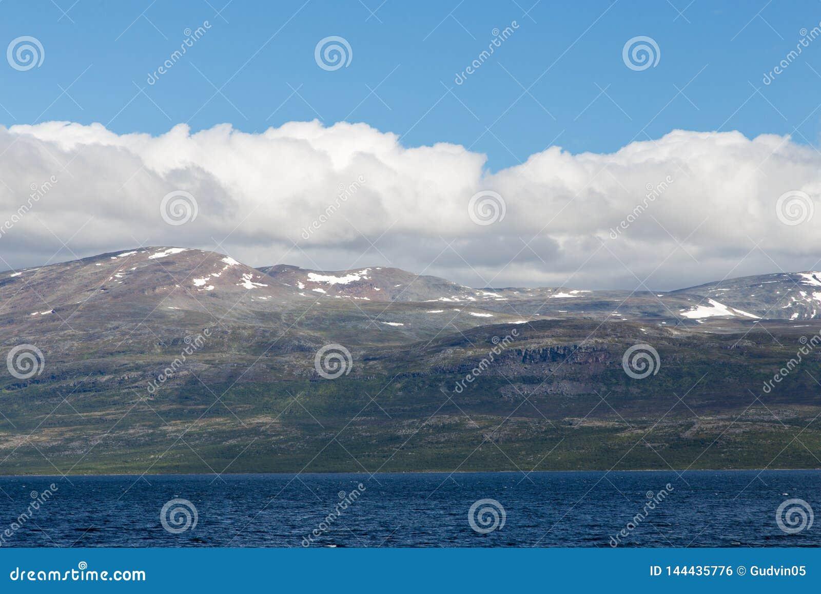 Paysage de montagne avec le ciel bleu et les nuages Belle nature Norvège