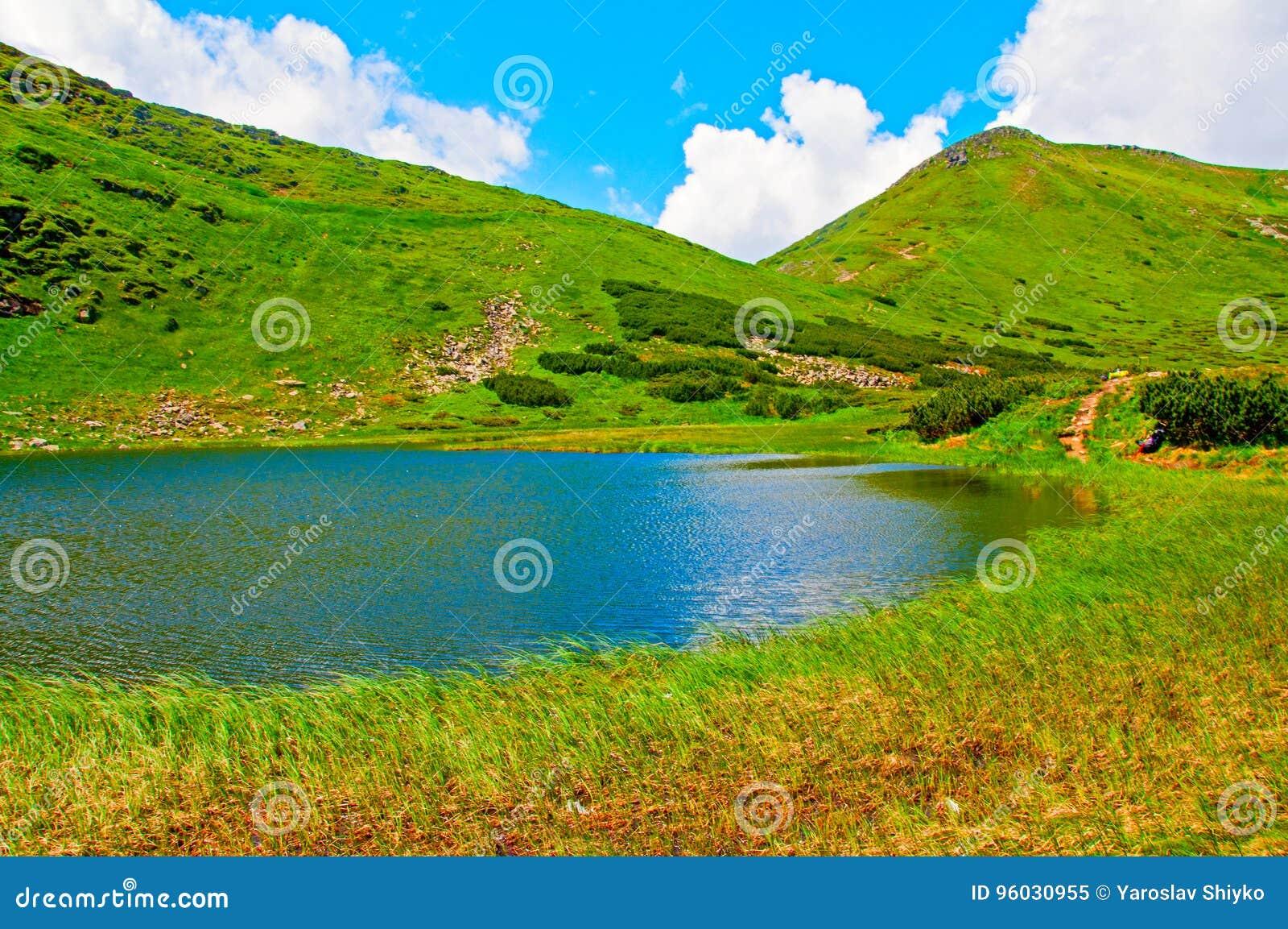 Paysage de montagne avec le lac et les nuages dans le ciel