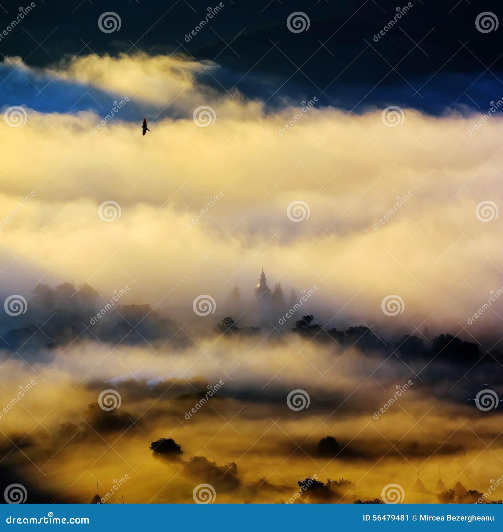 Paysage de montagne avec les nuages épais