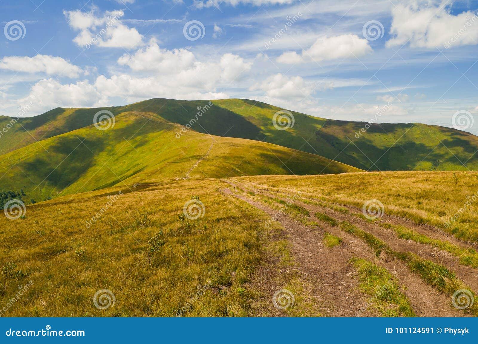Paysage de montagne d été avec la route et l ombre des nuages