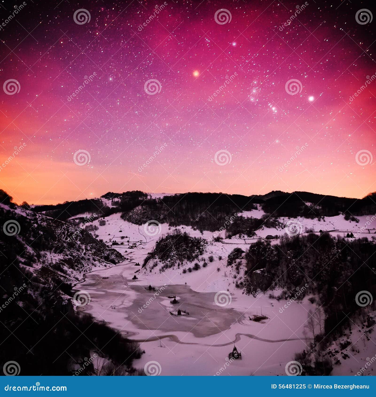 Paysage de montagne en hiver par nuit - Fundatura Ponorului, ROM