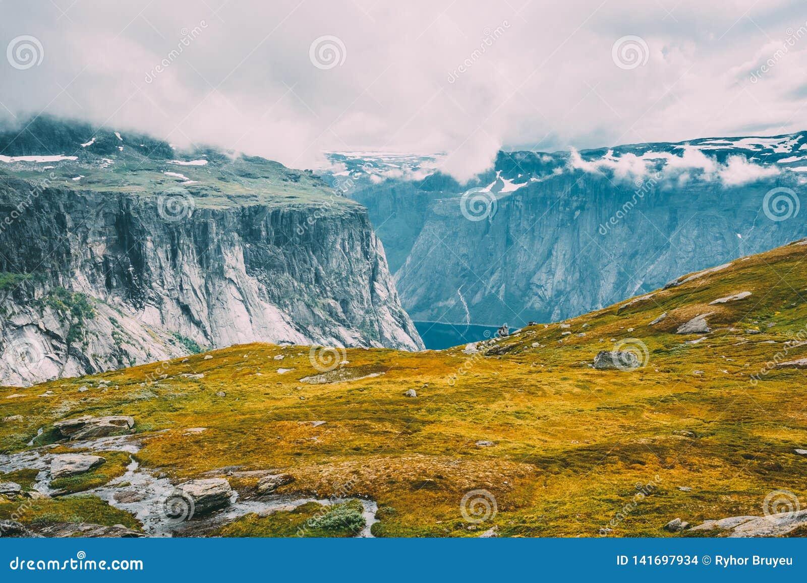 Paysage de montagnes avec le ciel bleu en Norvège scandinavia