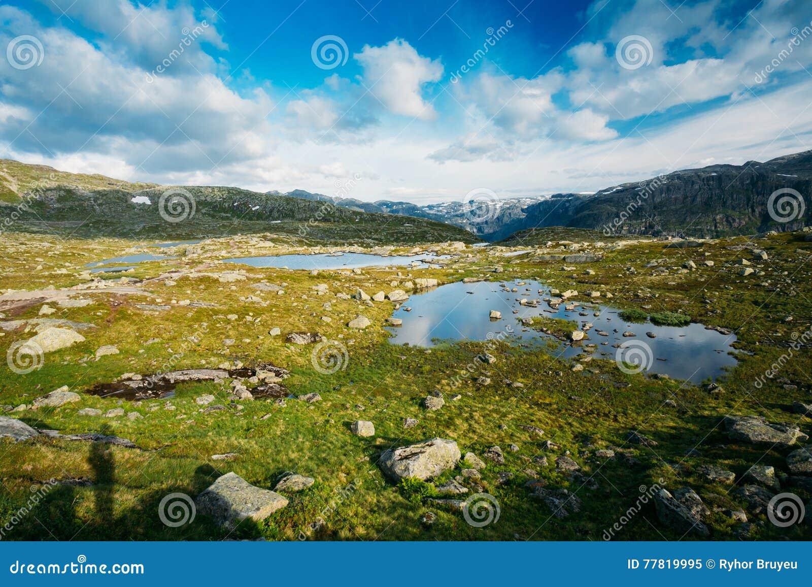 Paysage de montagnes avec le ciel bleu et le lac en Norvège scandinavia