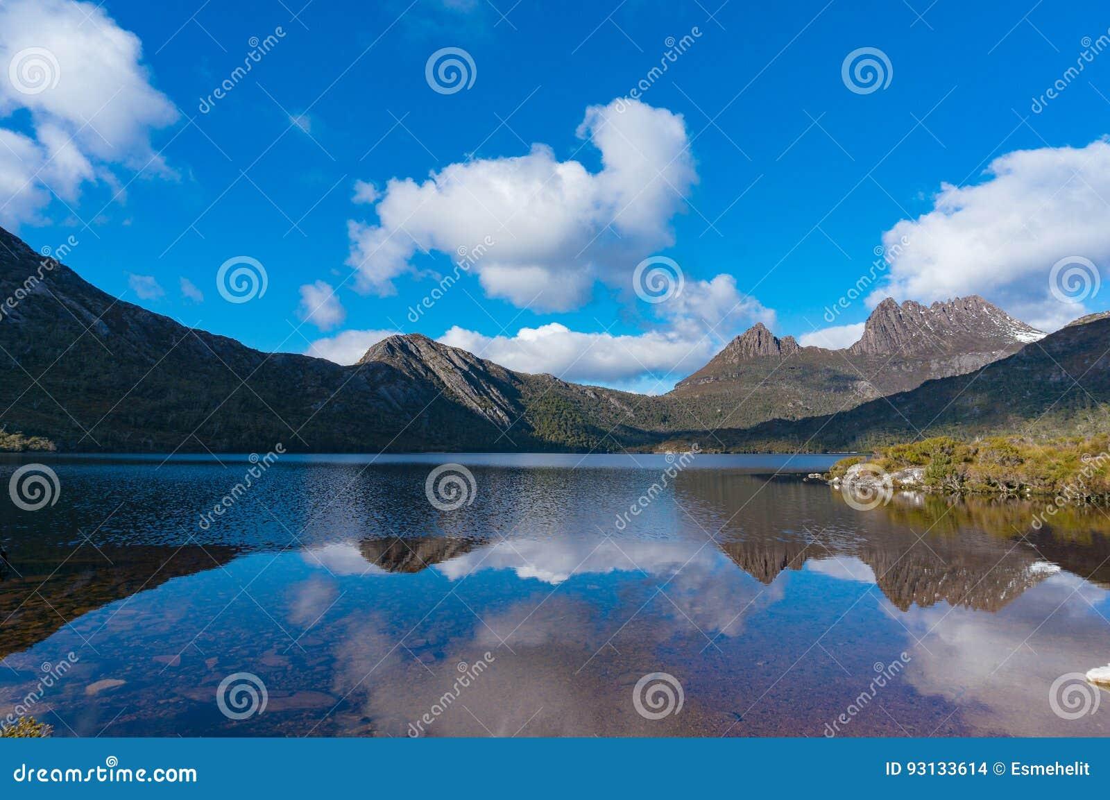 Paysage de panorama de montagne de colombe et de berceau de lac