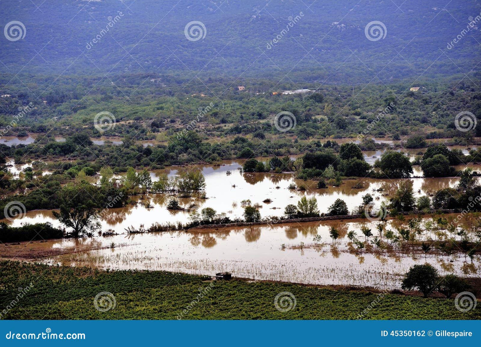 Paysage de pays inondé après forte pluie