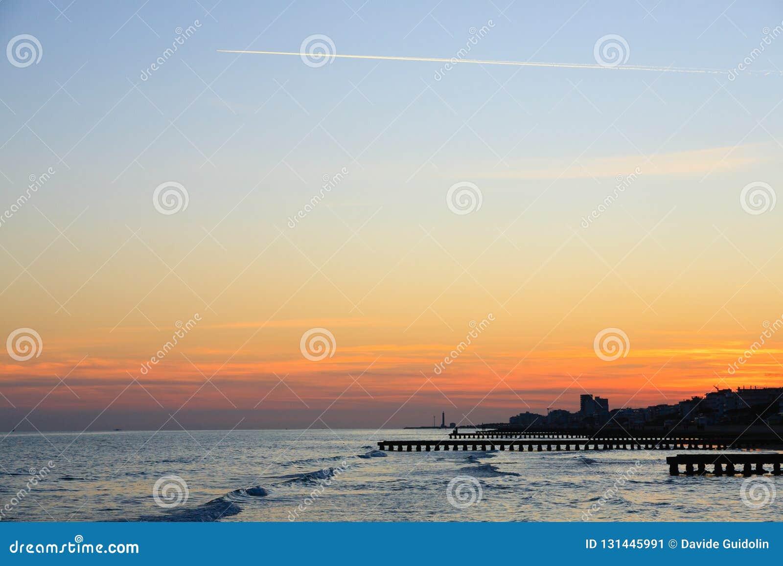 Paysage de plage à l aube Vue de perspective de piliers avec des personnes Vue de plage de Jesolo
