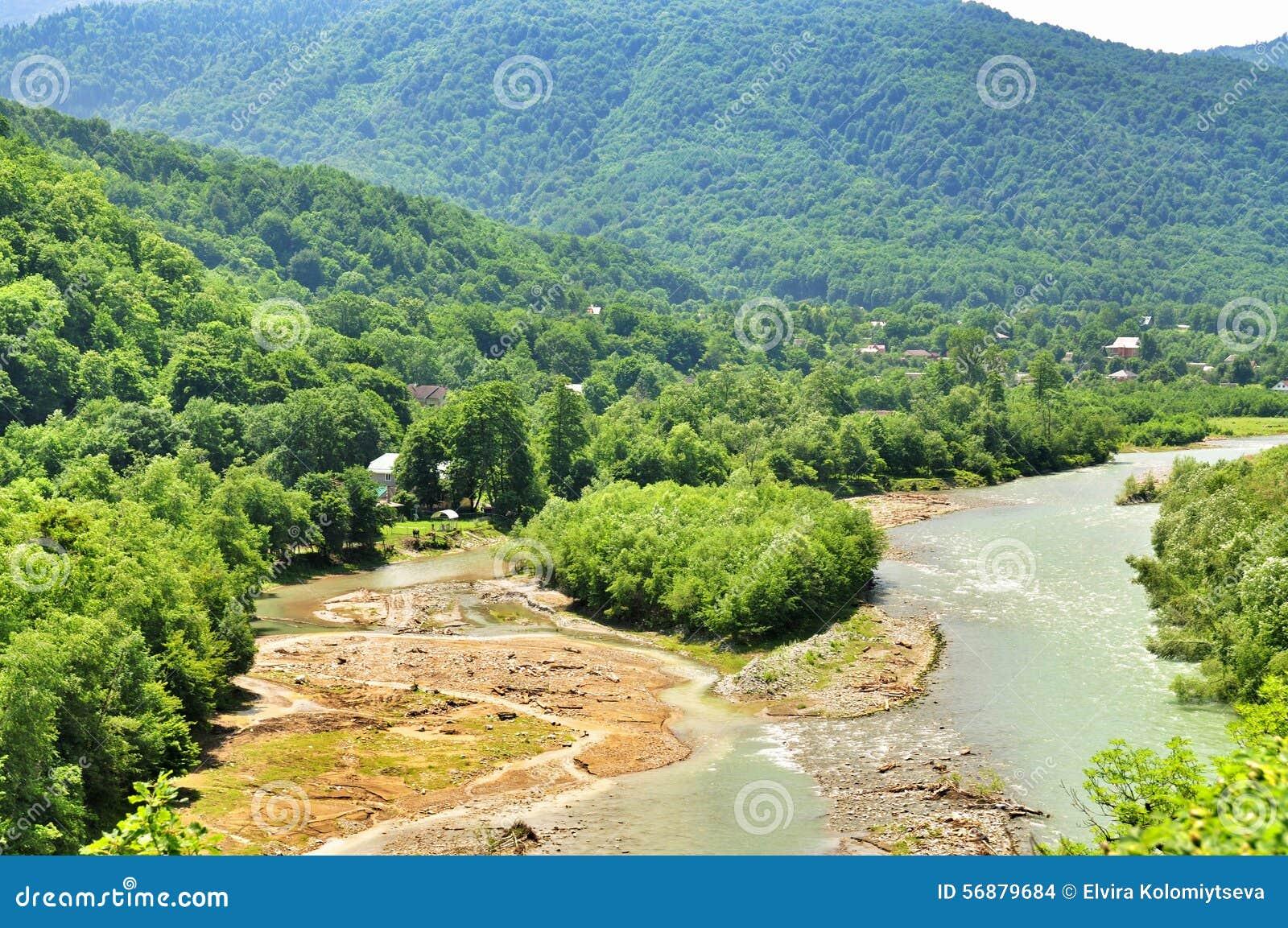 Paysage de rivière rapide Malaya Laba