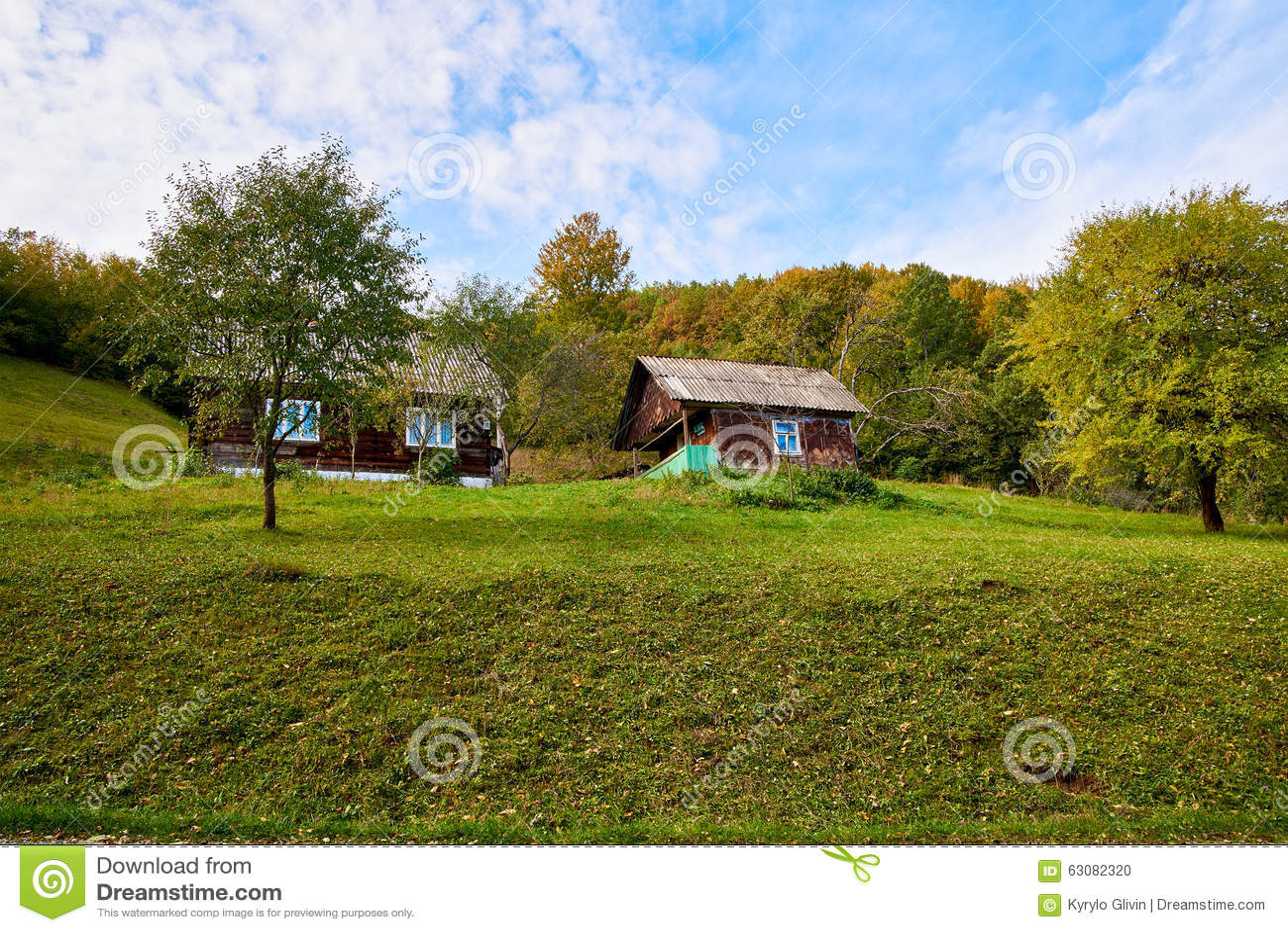 Download Paysage De Village De Pays De Montagne Avec Les Nuages Et Le Ciel Bleu Photo stock - Image du hausse, alpestre: 63082320