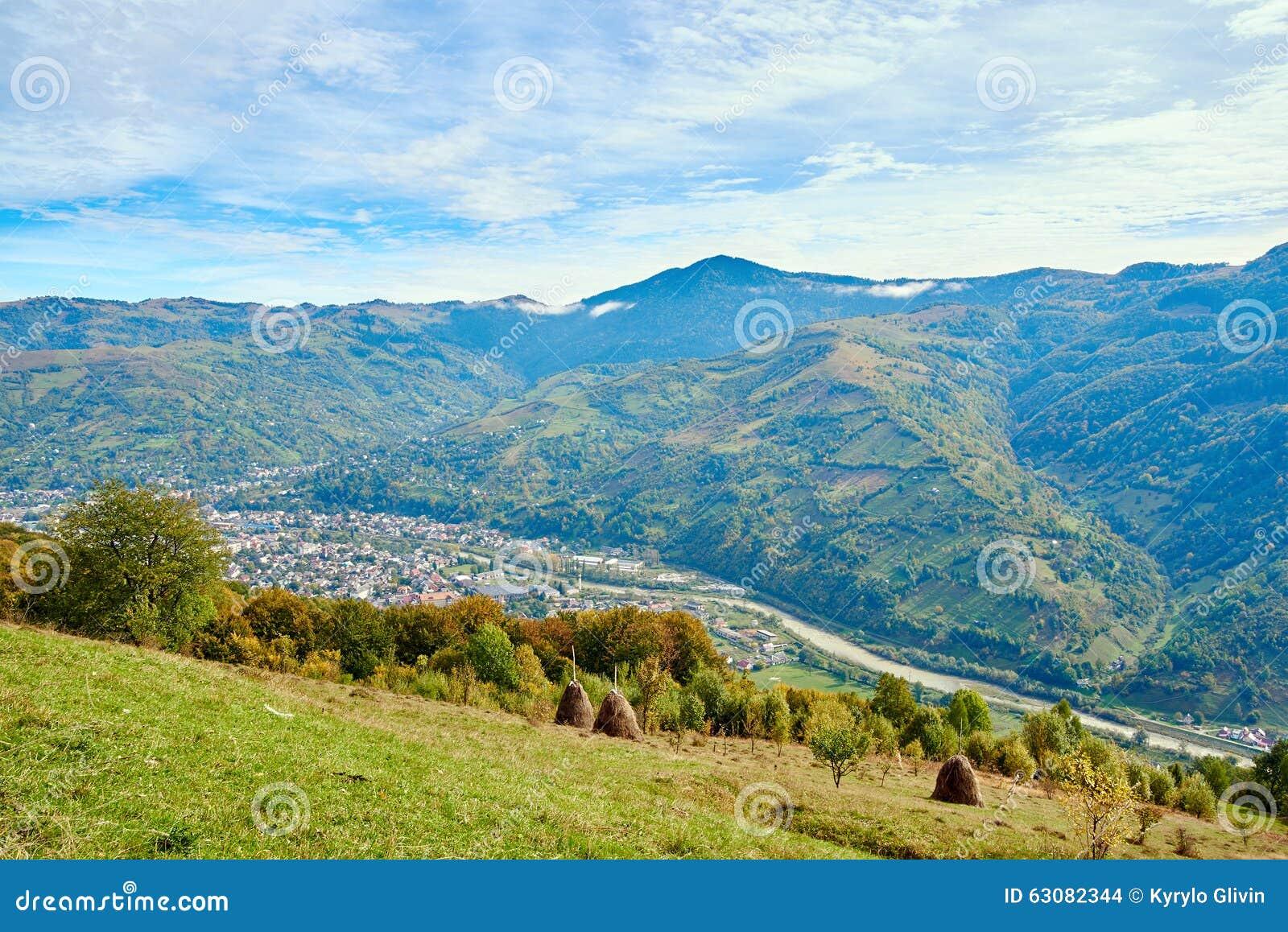 Download Paysage De Village De Pays De Montagne Avec Les Nuages Et Le Ciel Bleu Photo stock - Image du automne, course: 63082344